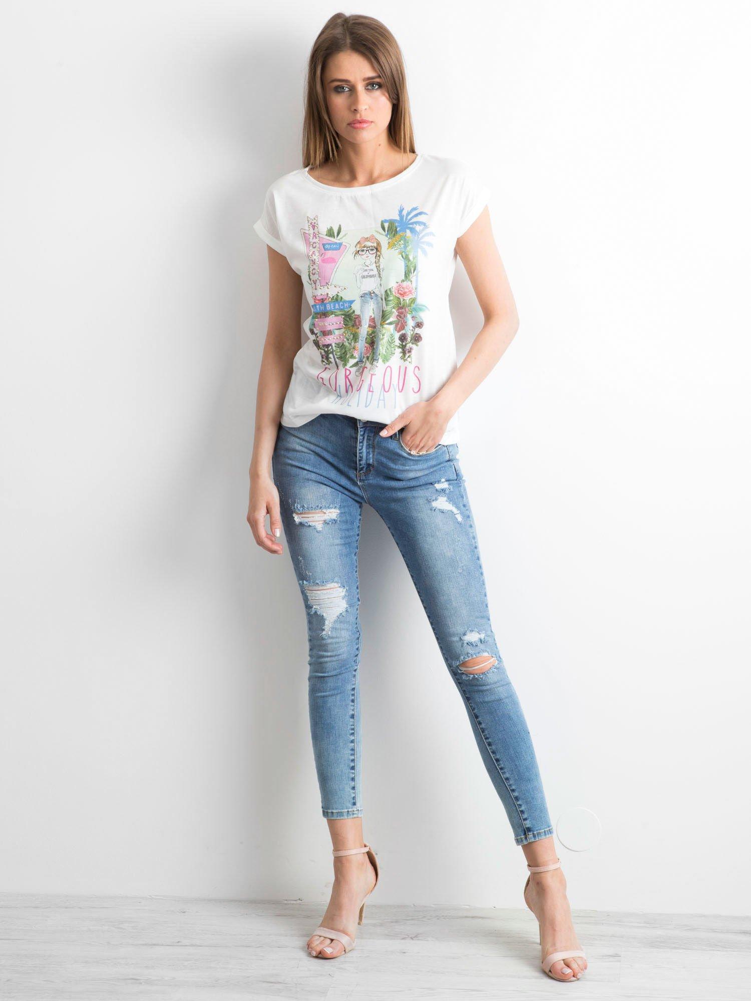 Ecru t-shirt z nadrukiem dziewczyny i napisem GORGEOUS HOLIDAY                                  zdj.                                  4