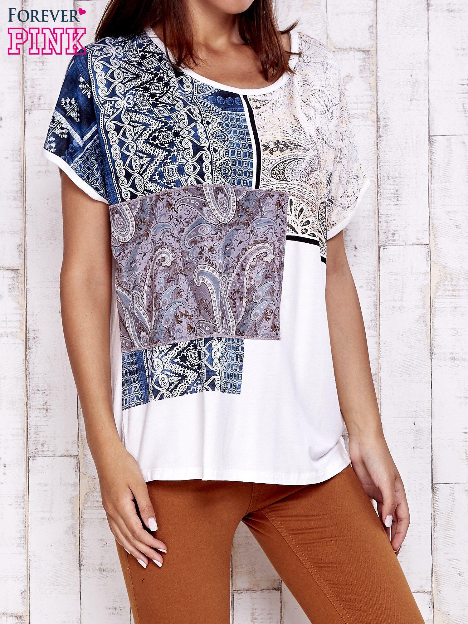 Ecru t-shirt z nadrukiem i naszywką z wzorem paisley                                  zdj.                                  3