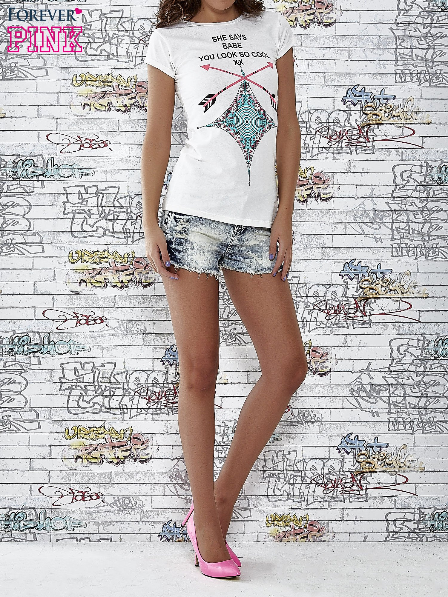 Ecru t-shirt z napisem SHE SAYS BABE YOU LOOK SO COOL XX                                  zdj.                                  4