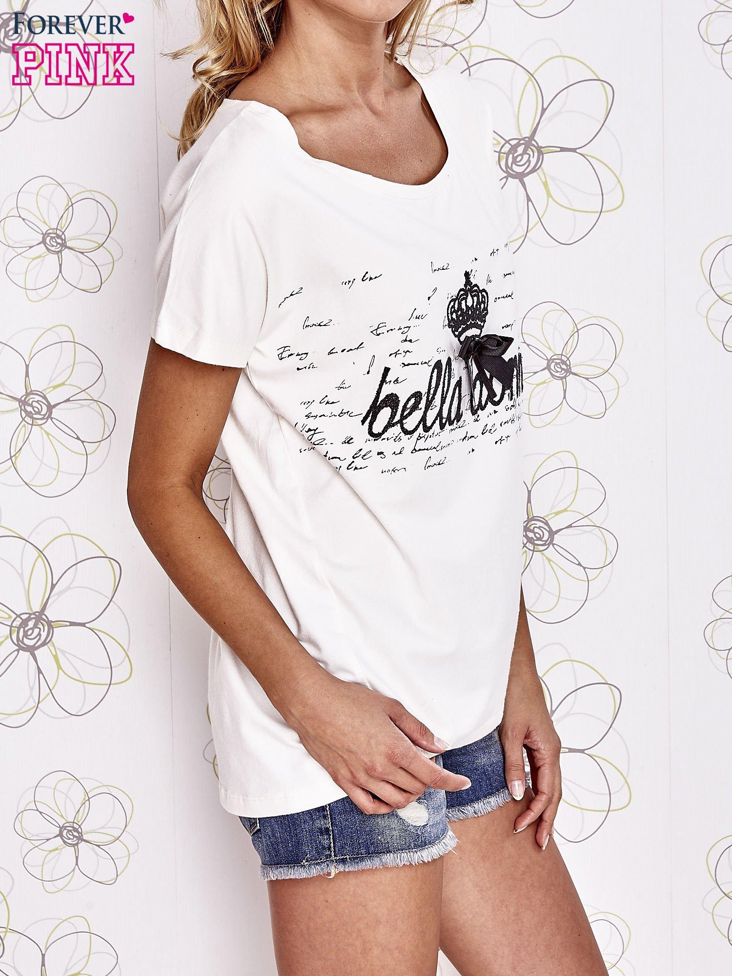 Ecru t-shirt z ozdobnym napisem i kokardą                                  zdj.                                  3