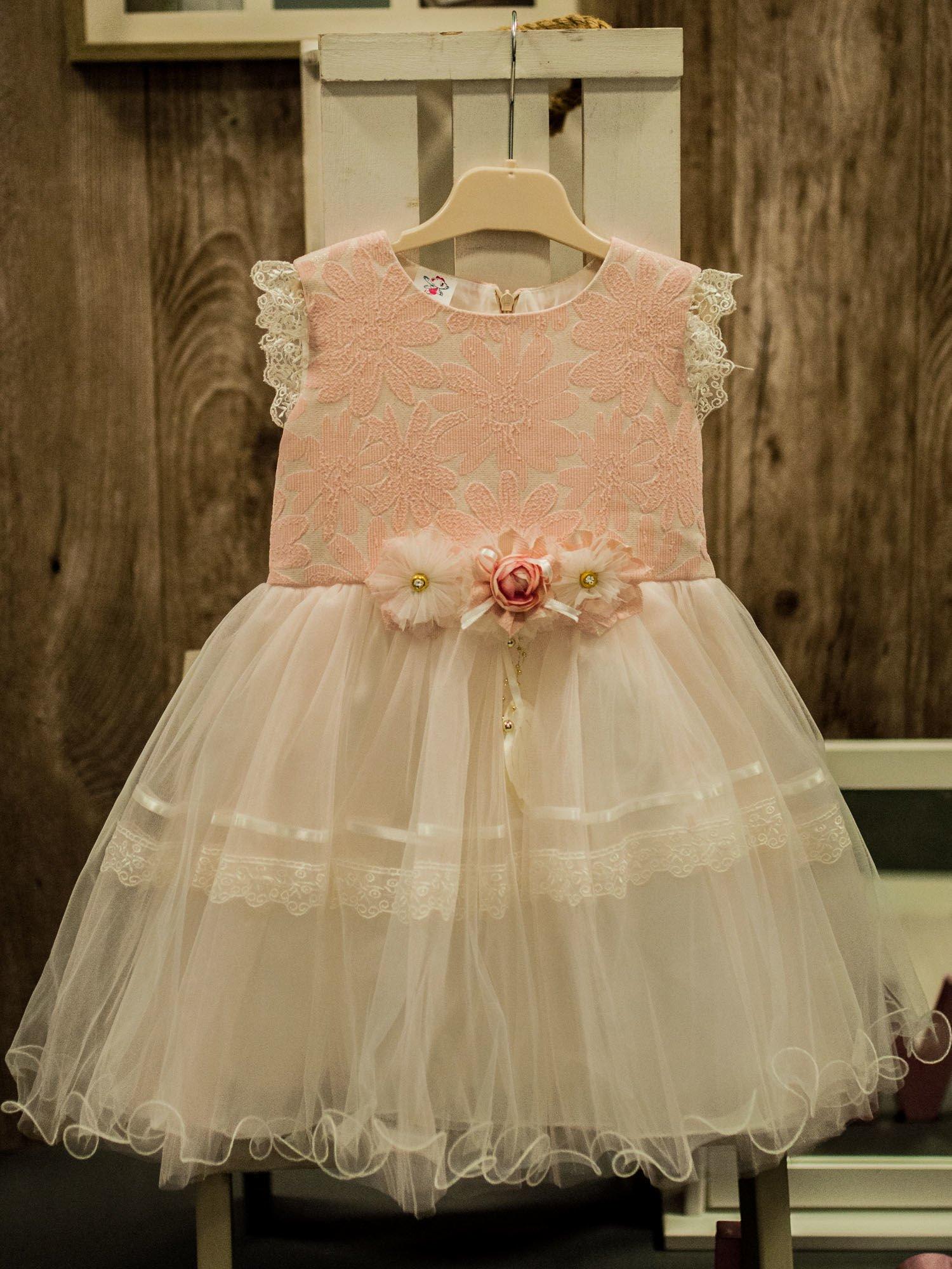 7d138d6aca Elegancka sukienka dla dziewczynki z ozdobną broszką ecru - różowa ...