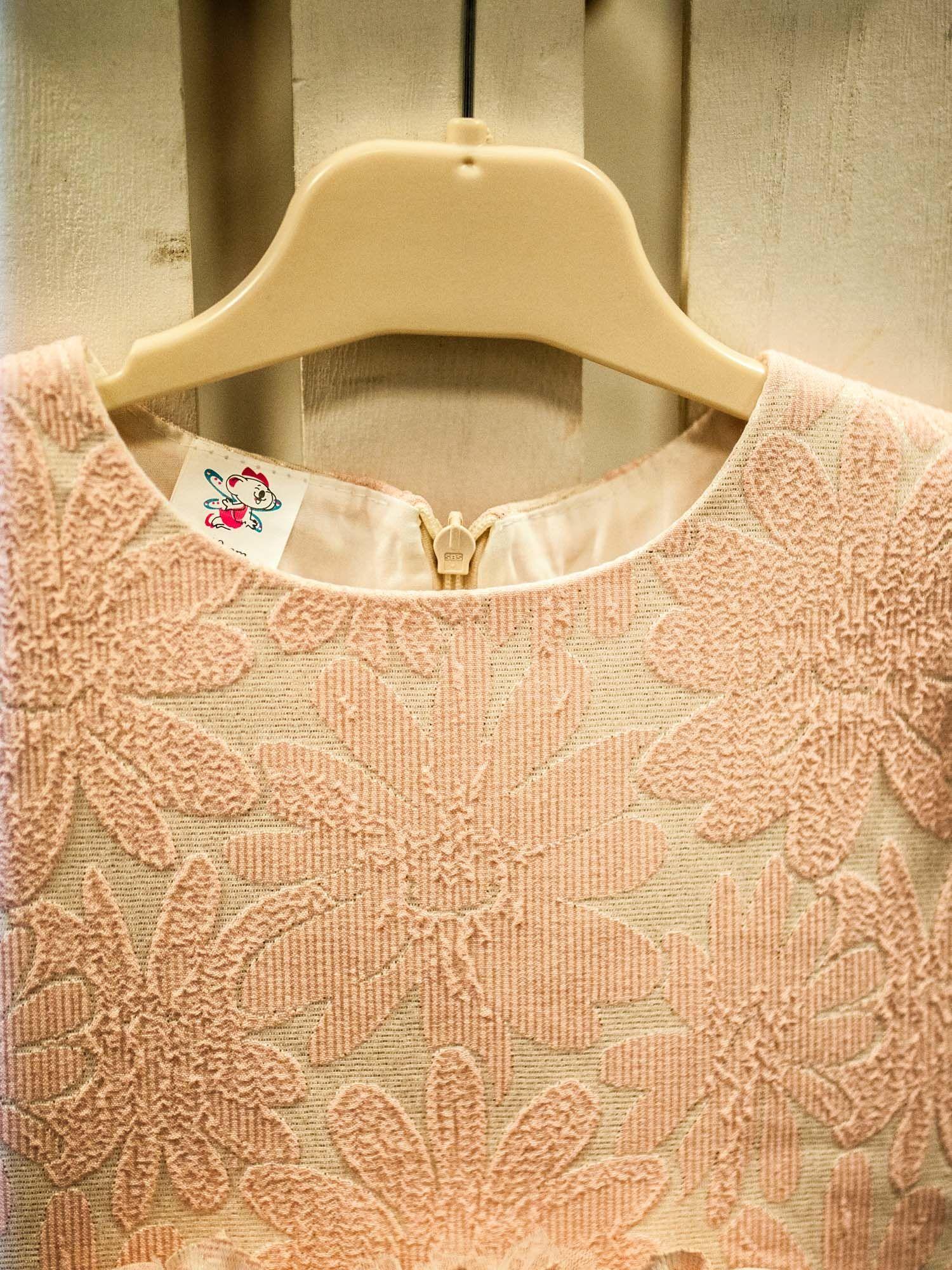 b9dfc5358f 4  Elegancka sukienka dla dziewczynki z ozdobną broszką ecru - różowa ...
