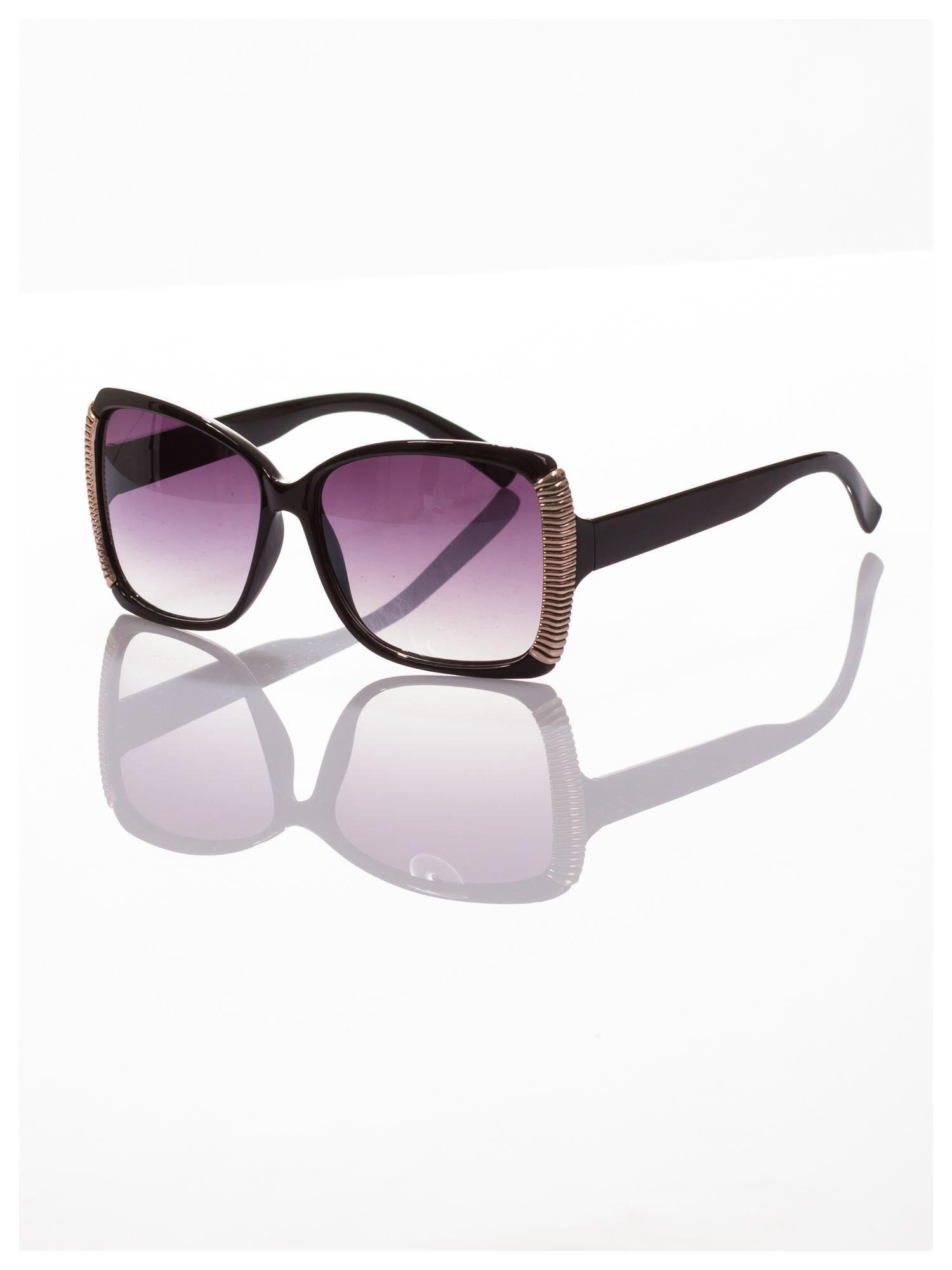 Eleganckie czarne okulary przeciwsłoneczne stylizowane na GUCCI ze srebrnymi bokami                                  zdj.                                  1