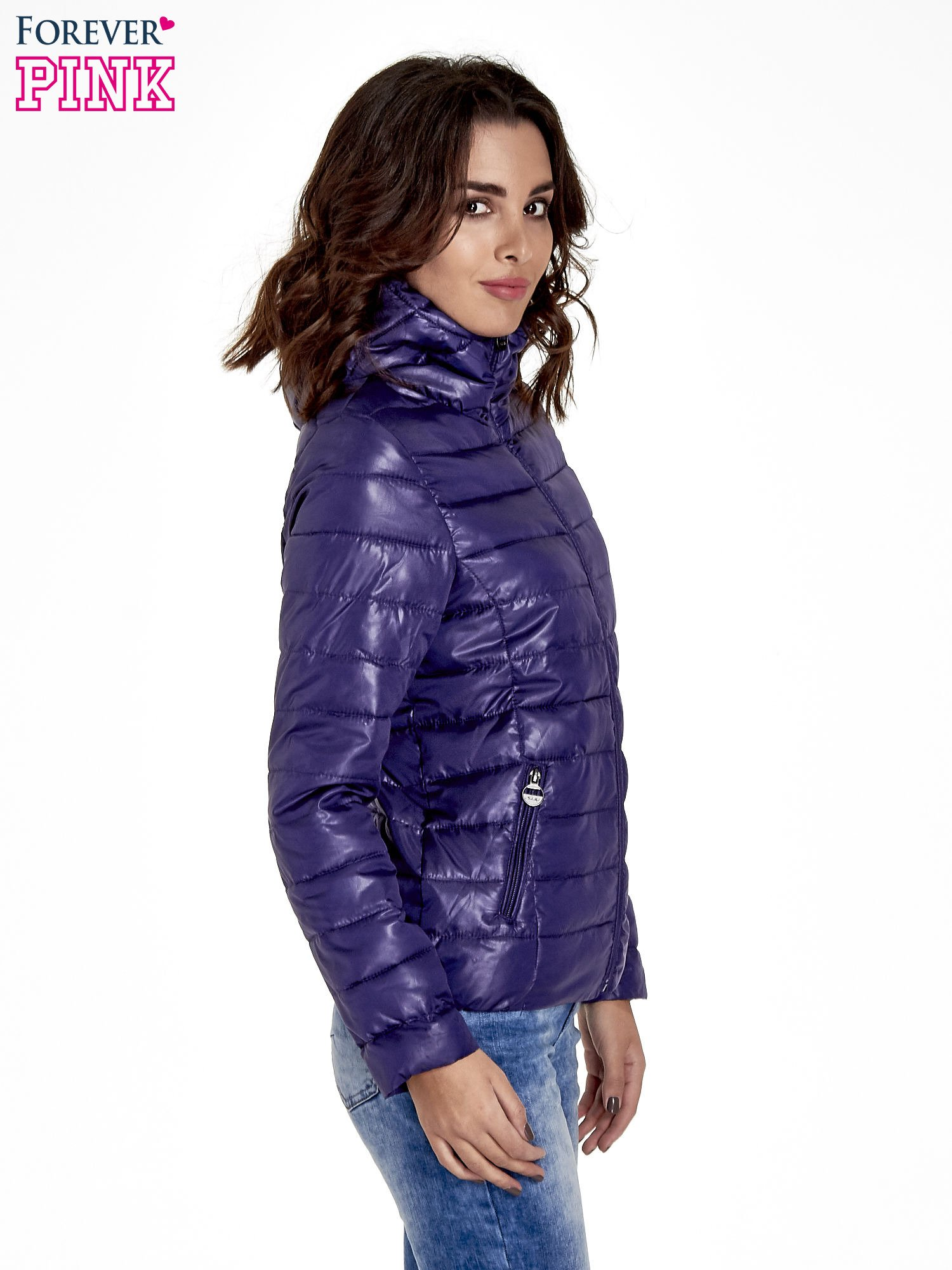 Fioletowa puchowa kurtka z błyszczącego materiału z kapturem                                  zdj.                                  3