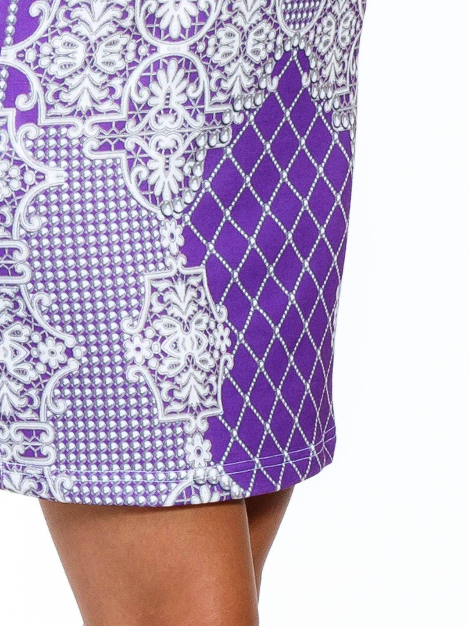 Fioletowa sukienka z koronkowym i kraciastym nadrukiem                                  zdj.                                  6