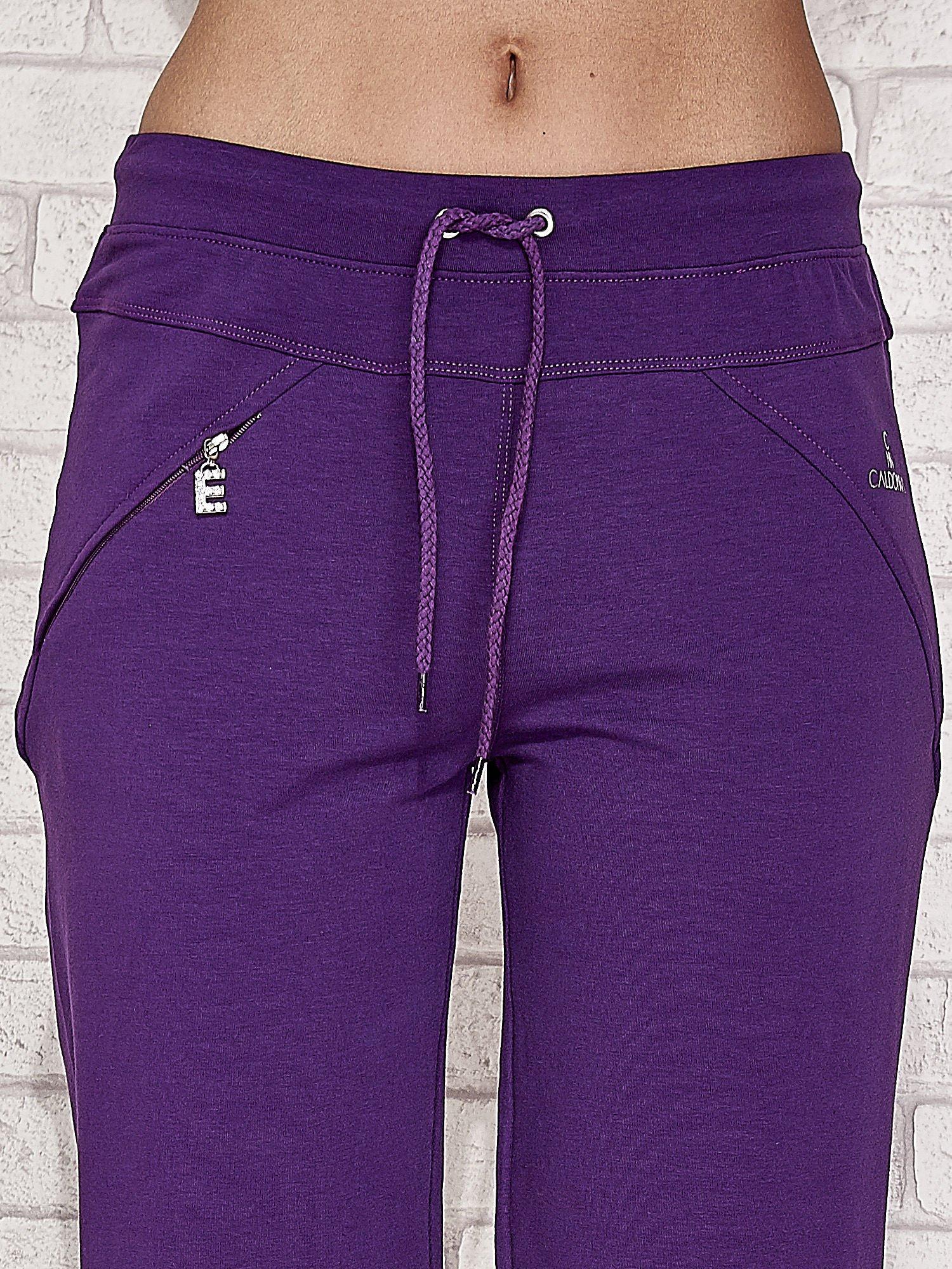 Fioletowe spodnie dresowe capri z kieszonką                                  zdj.                                  4