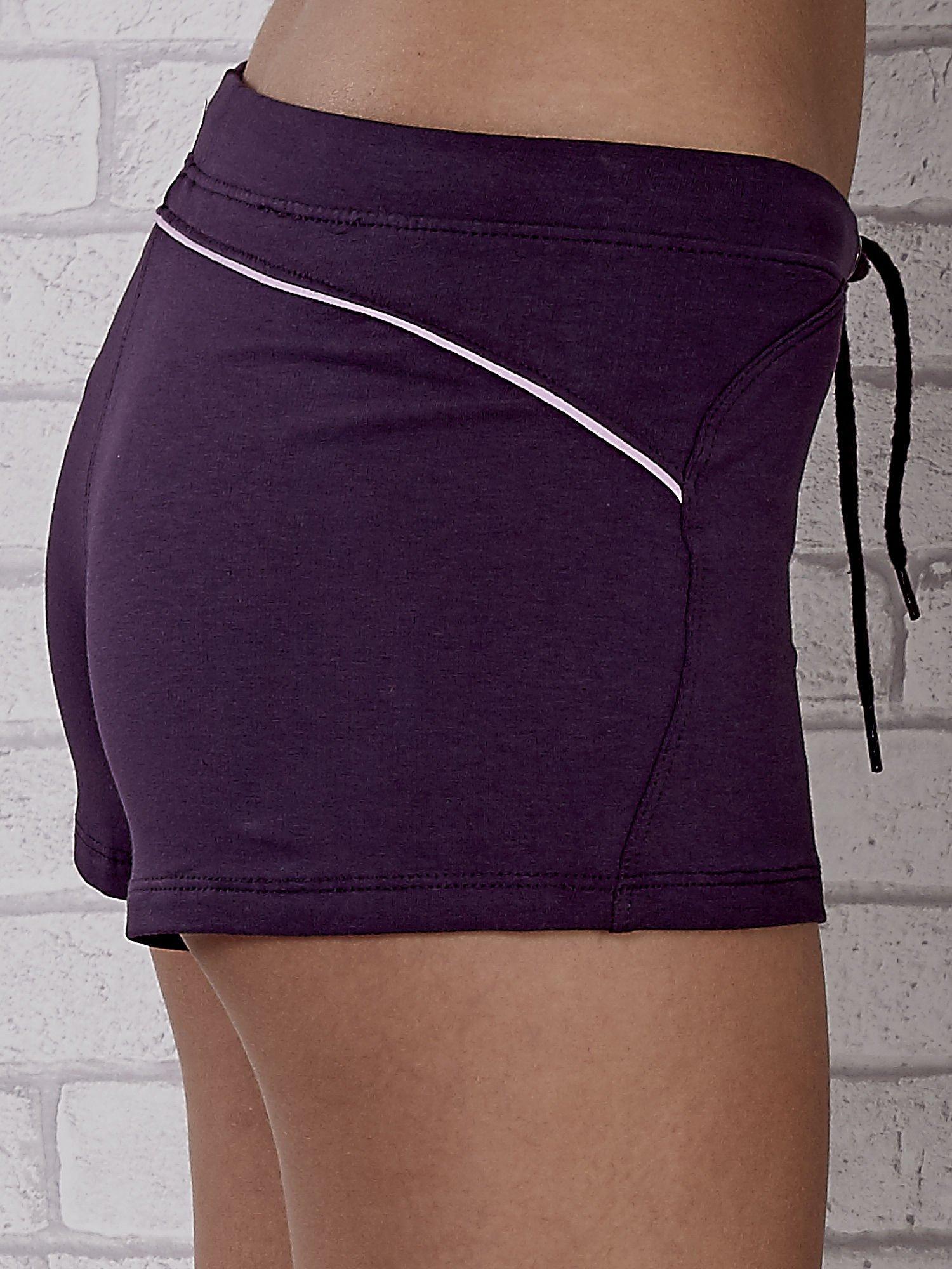 Fioletowe szorty sportowe z różową wstawką                                  zdj.                                  7