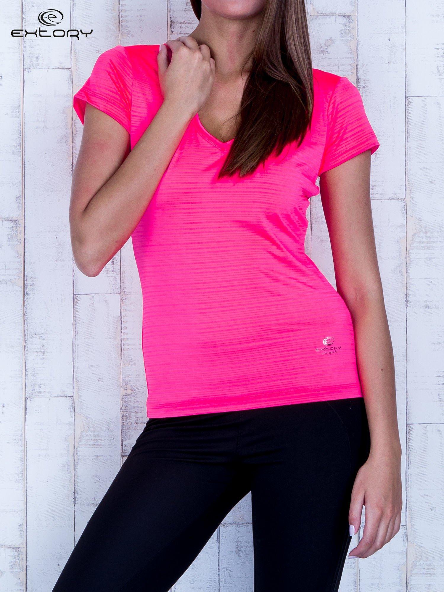 Fluojasnoróżowy t-shirt sportowy w paseczki                                  zdj.                                  1