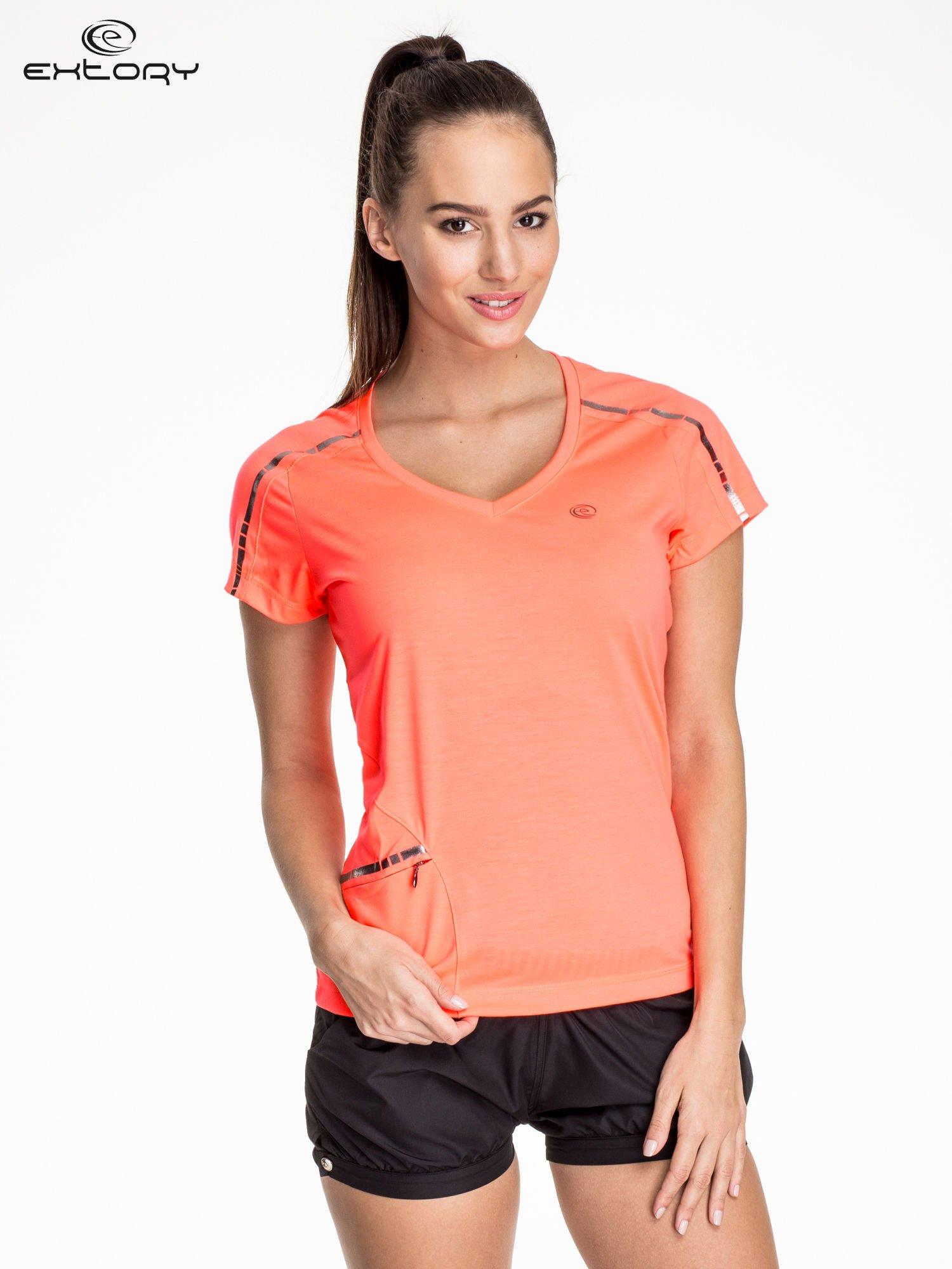 Fluoróżowy t-shirt sportowy z kieszonką i metalicznym nadrukiem                                  zdj.                                  1