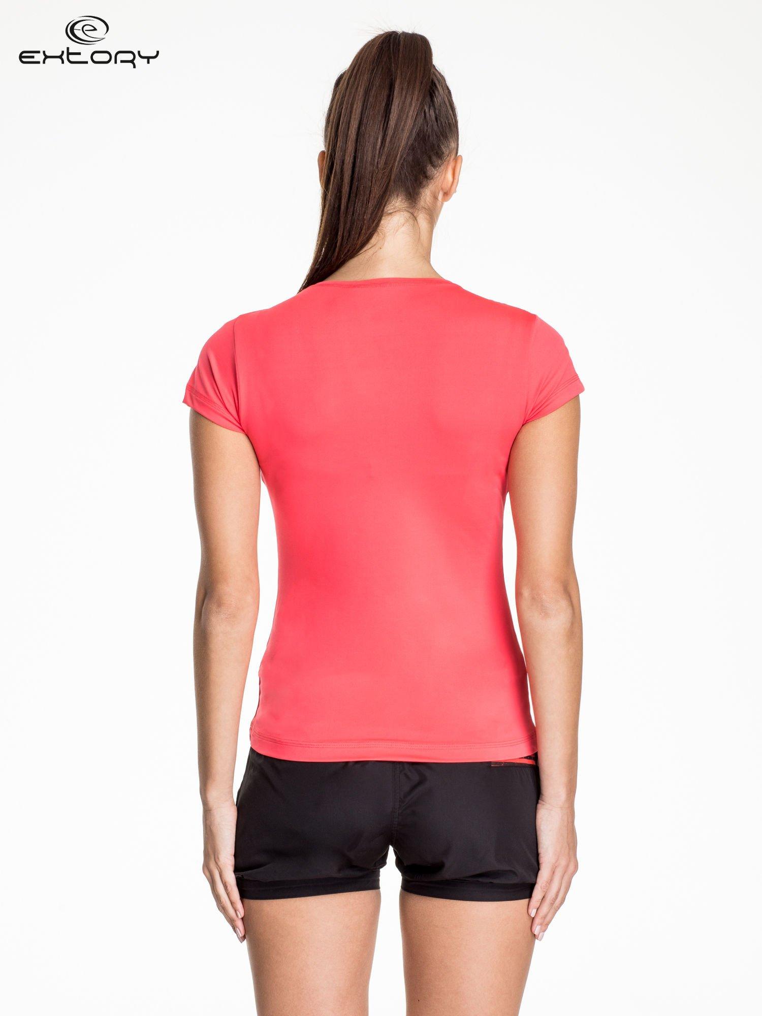 Fuksjowy t-shirt sportowy z dekoltem w lekkie V                                  zdj.                                  4