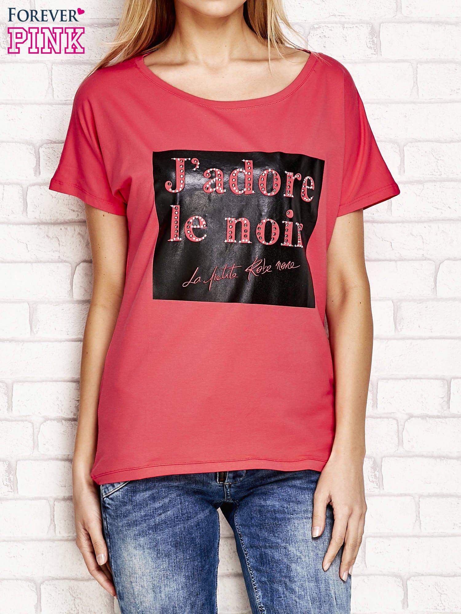 Fuksjowy t-shirt z napisem J'ADORE LE NOIR                                  zdj.                                  1