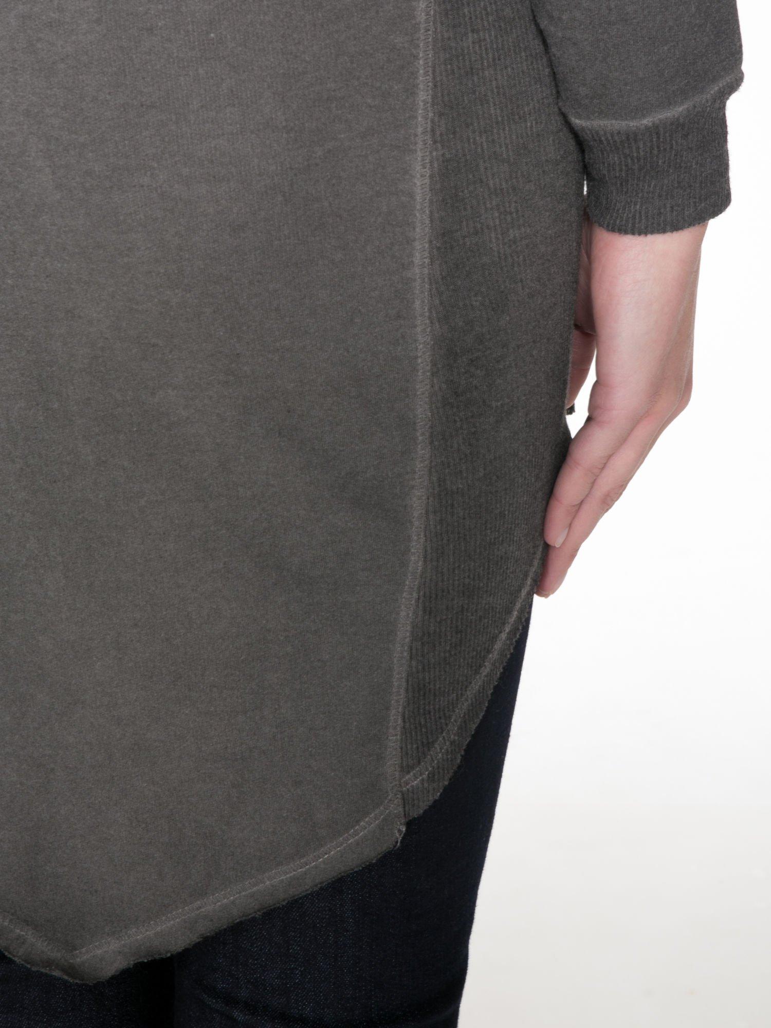 Grafitowa dresowa sukienkotunika z zaokrąglonym dołem                                  zdj.                                  8