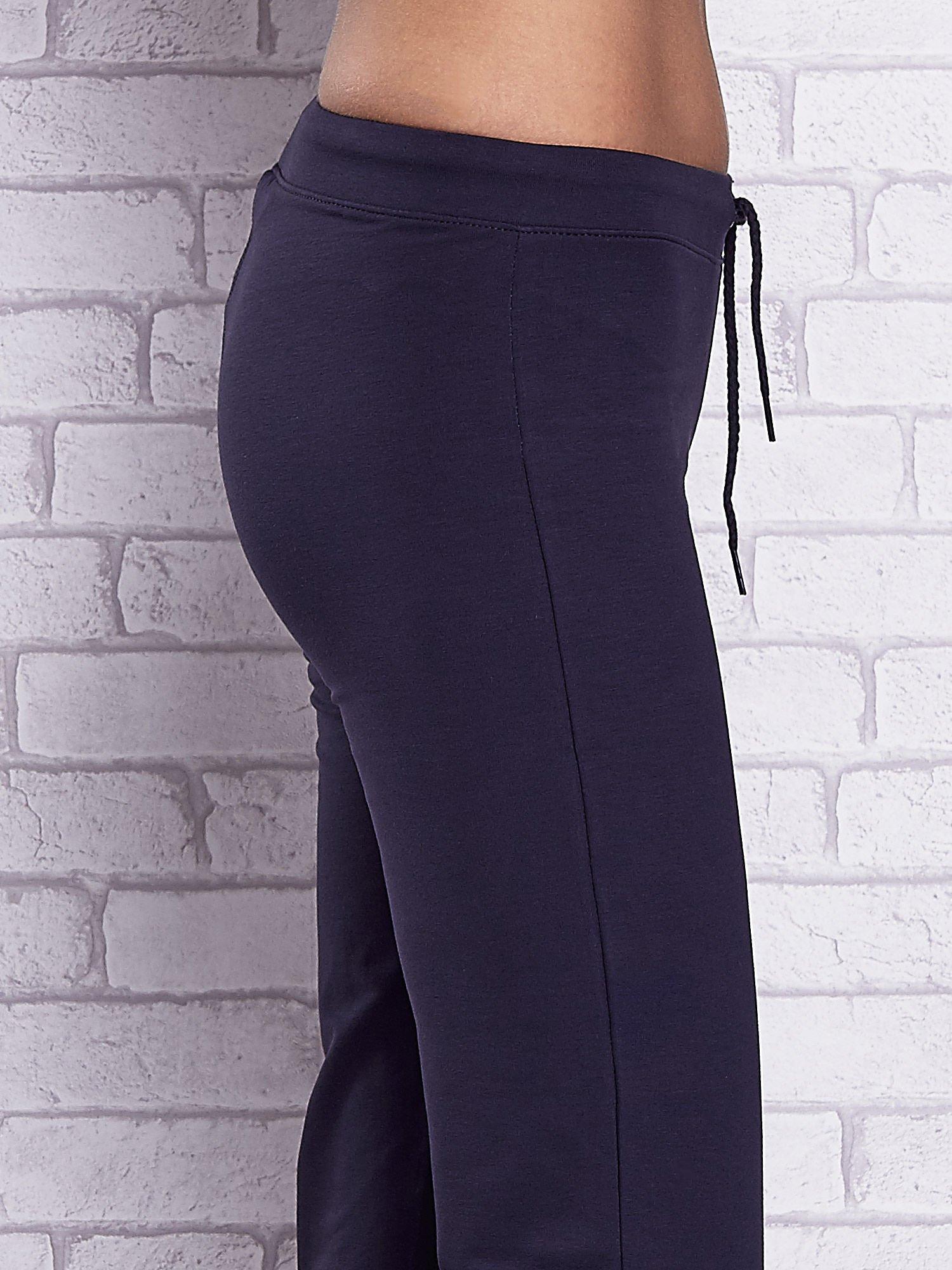 Grafitowe spodnie capri z prostymi nogawkami                                  zdj.                                  5