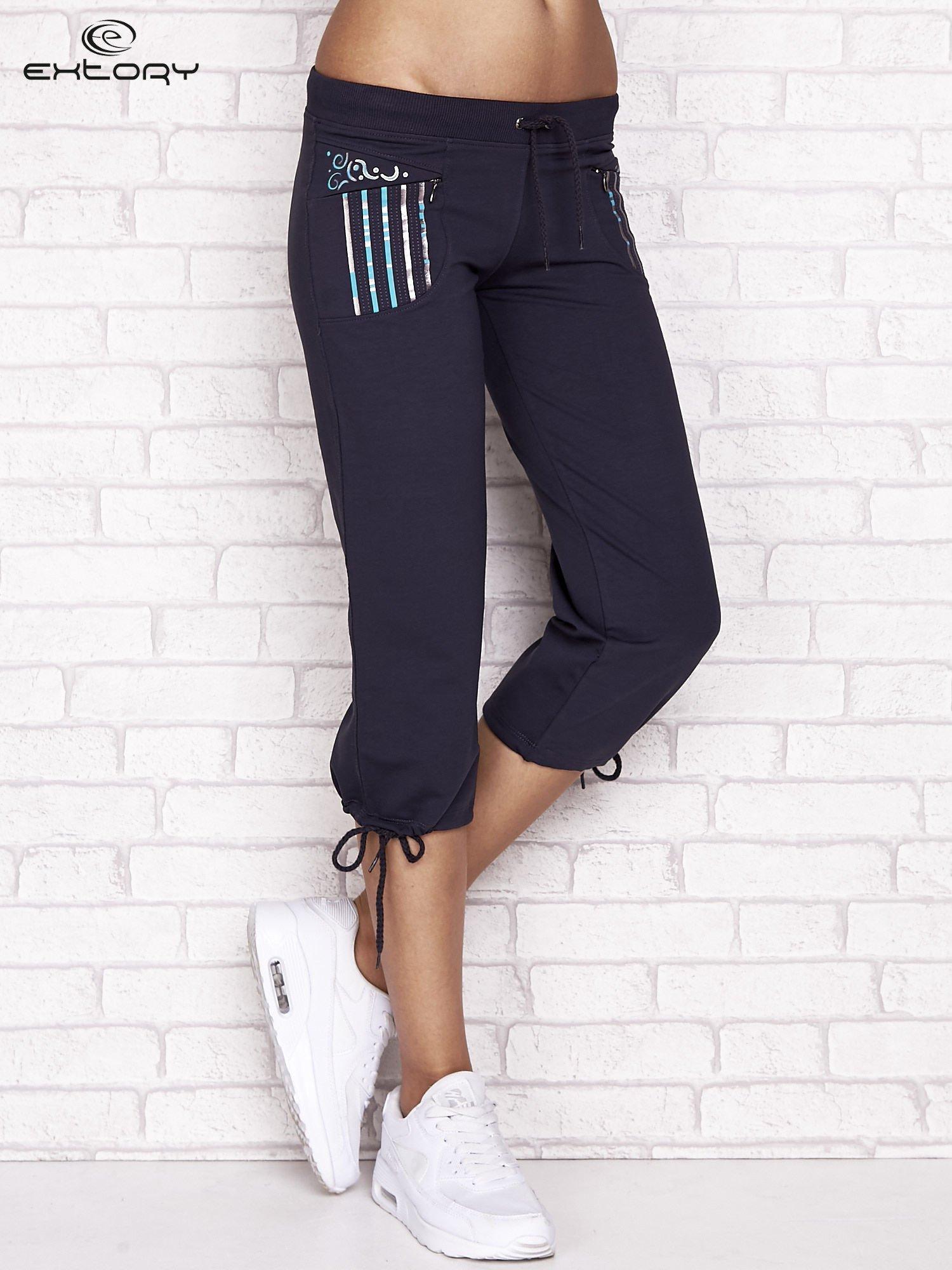 Grafitowe spodnie dresowe capri z dziewczęcymi nadrukami                                  zdj.                                  1
