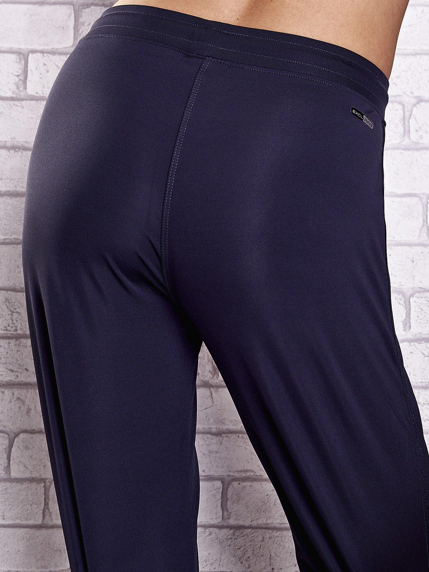 Grafitowe spodnie dresowe z dżetami i troczkami PLUS SIZE                                  zdj.                                  5