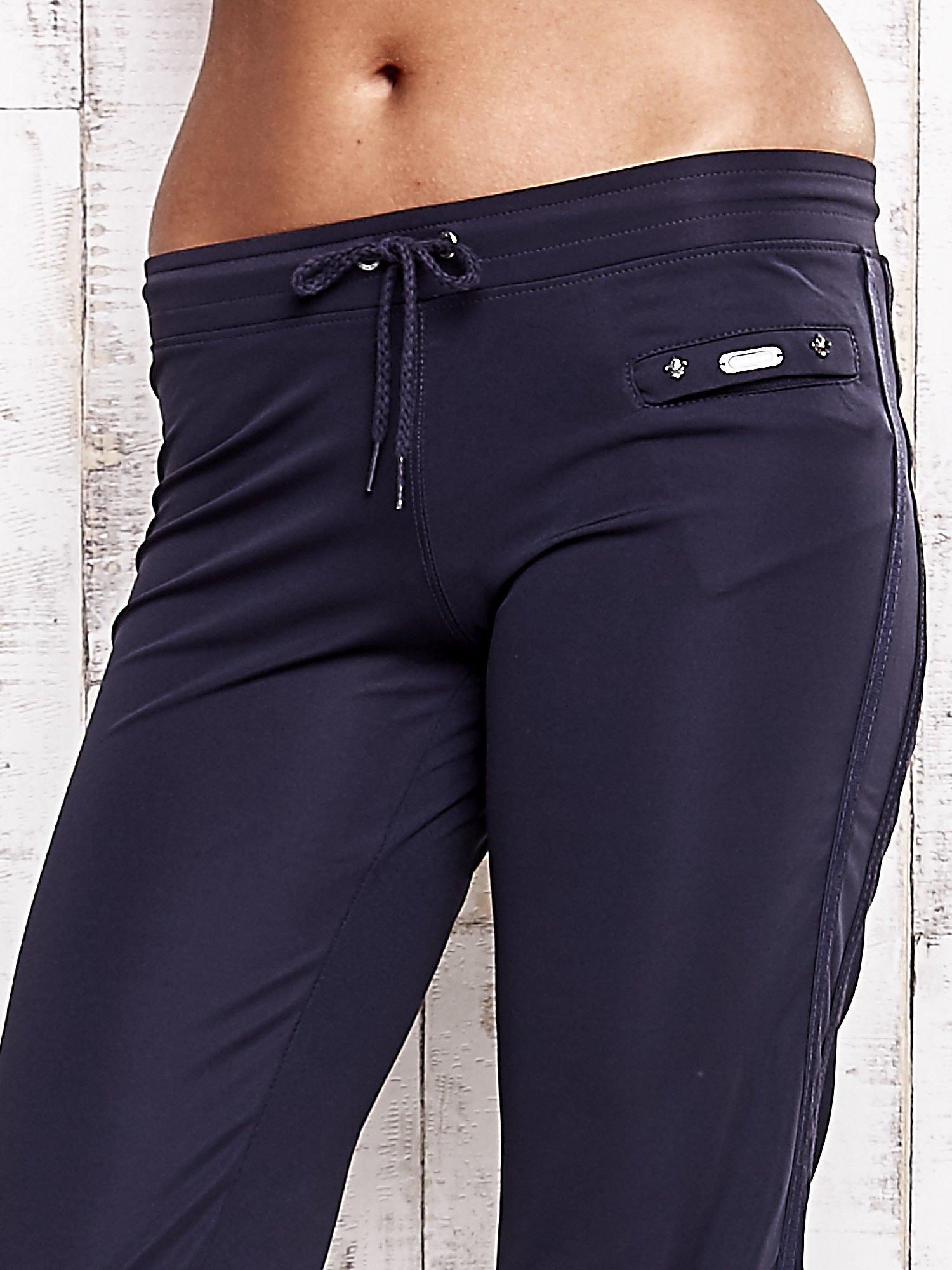 Grafitowe spodnie dresowe z kieszonką na suwak                                  zdj.                                  4