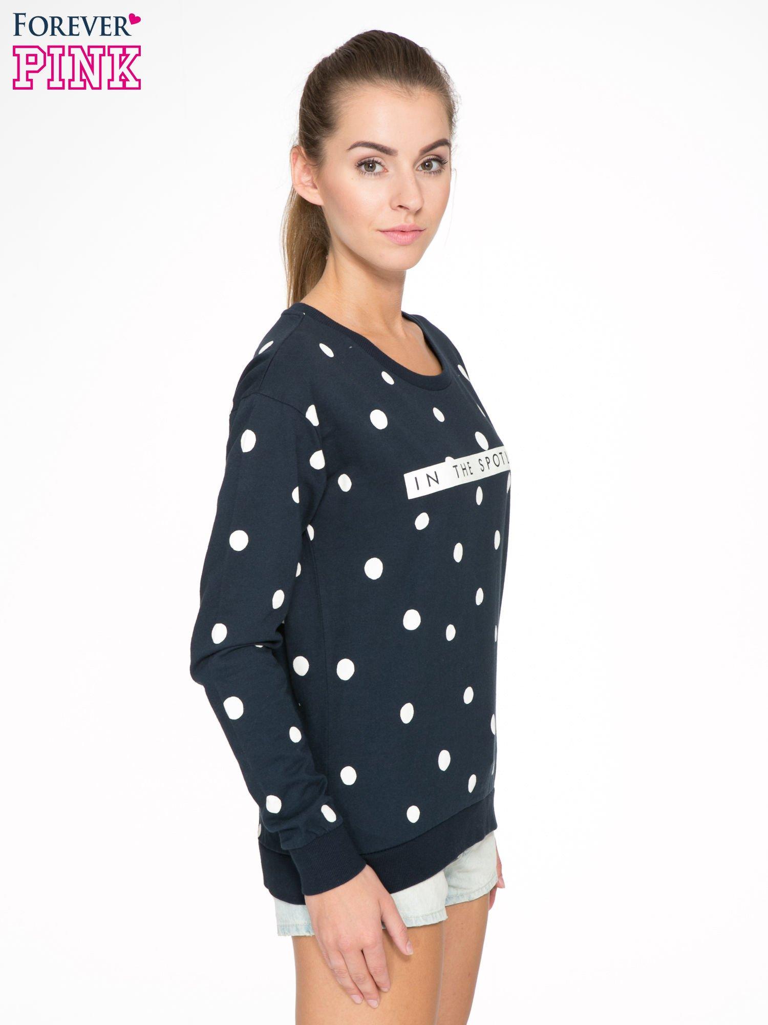 Granatowa bluza w grochy z napisem IN THE SPOTLIGHT                                  zdj.                                  3
