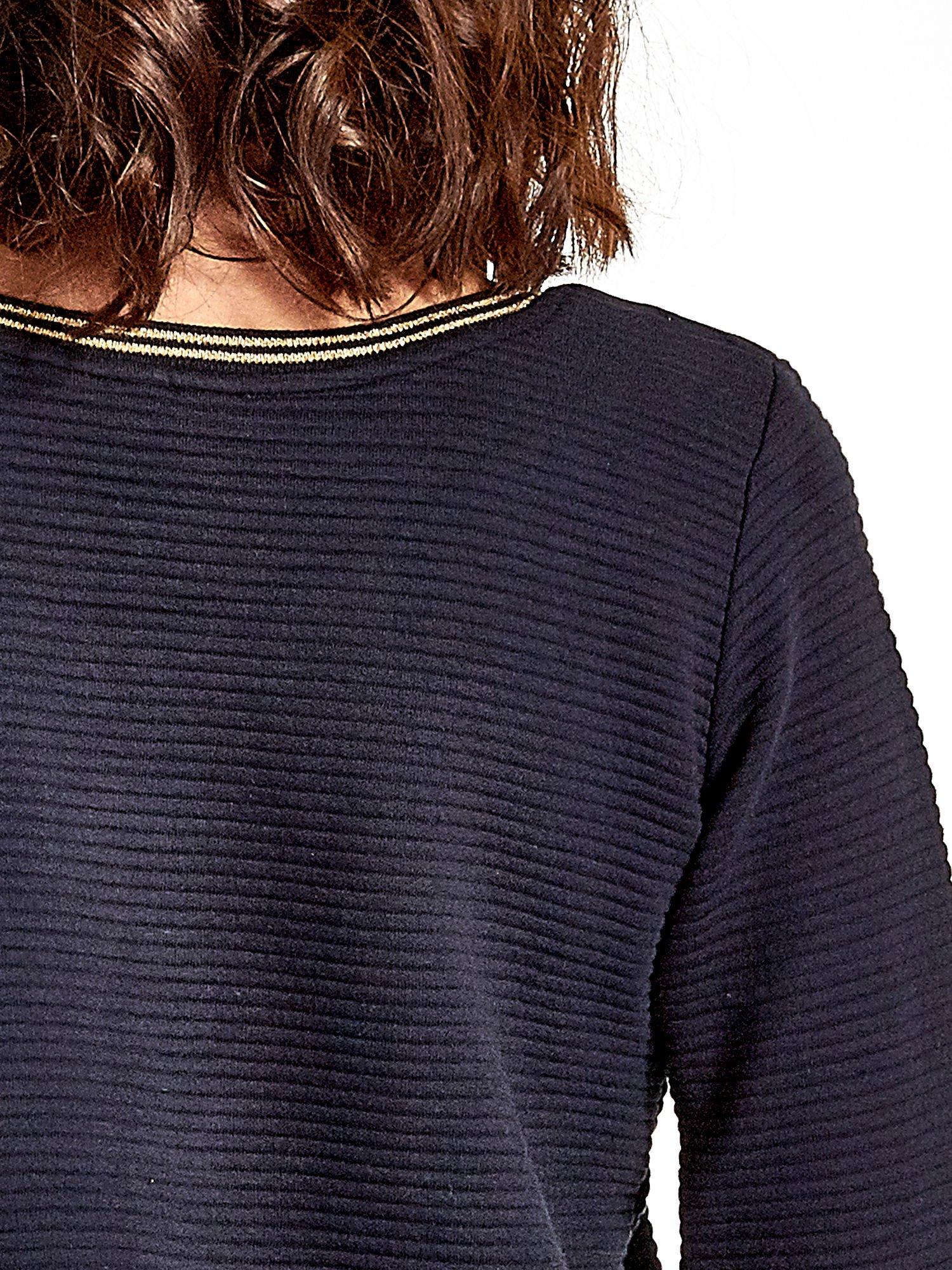 Granatowa bluza w stylu glamour ze złotym nadrukiem i lamówką                                  zdj.                                  8