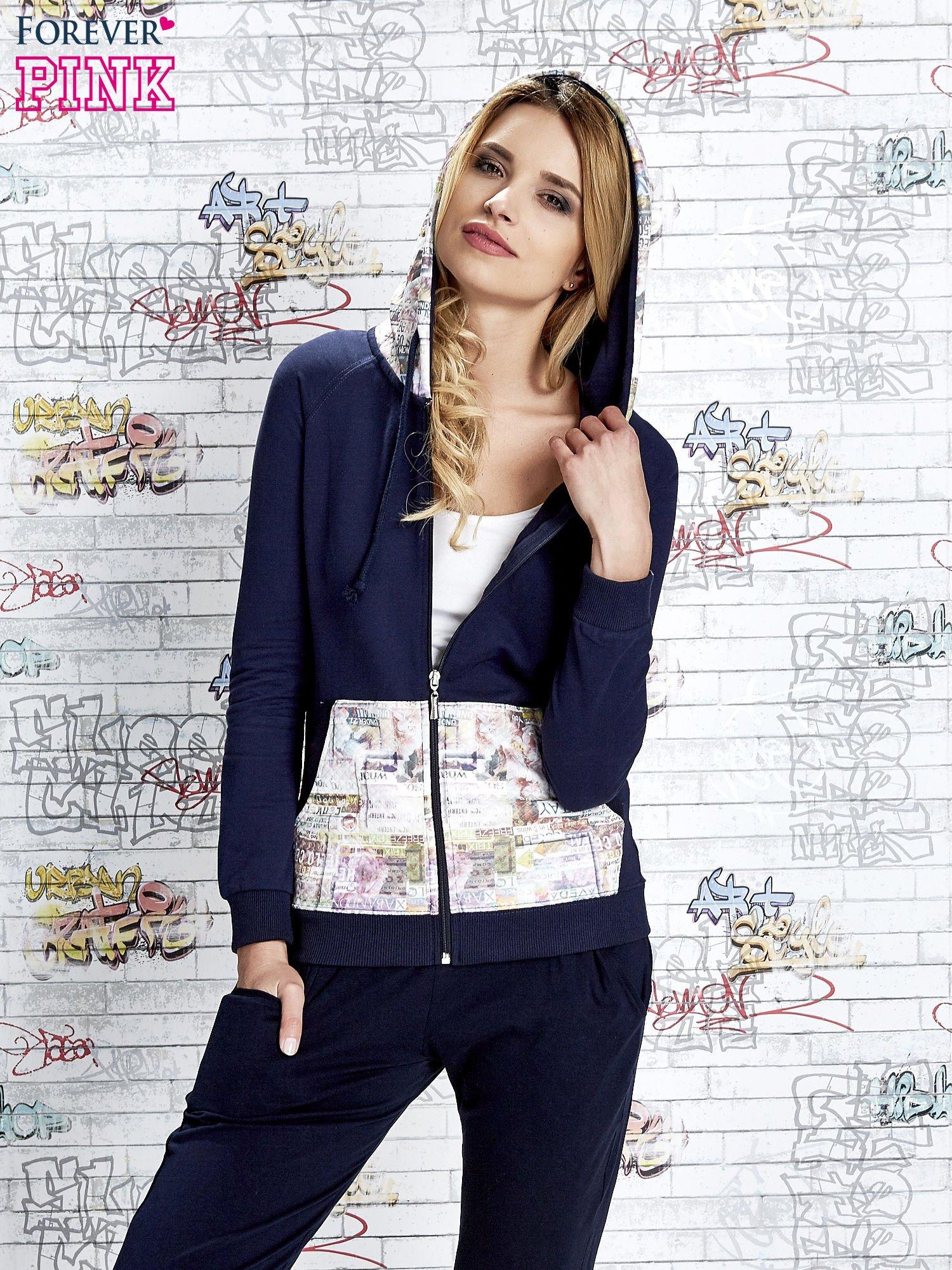 Granatowa bluza z kapturem i motywem newspaper print                                  zdj.                                  5