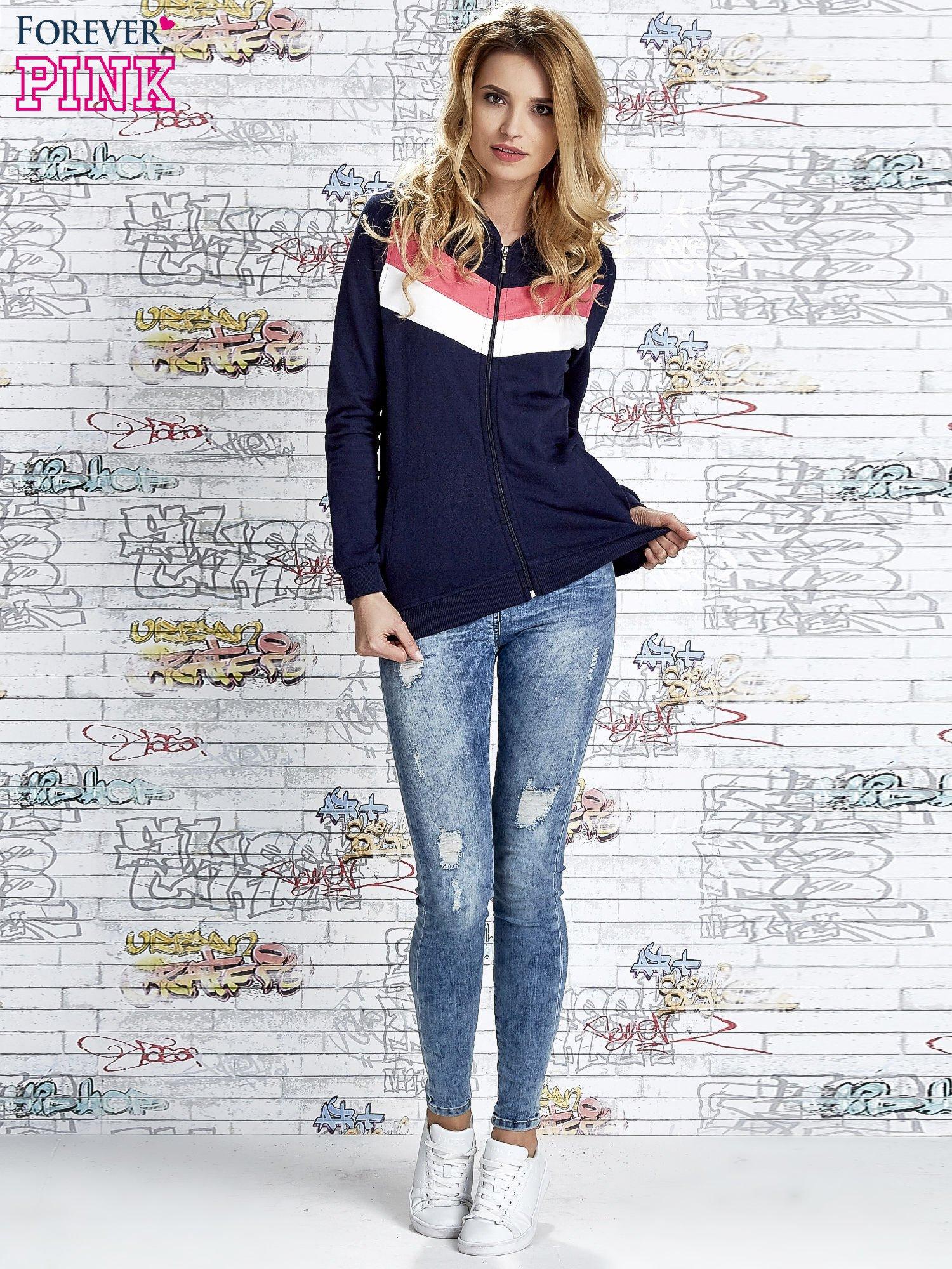Granatowa bluza z kapturem z kolorowymi przeszyciami                                  zdj.                                  2