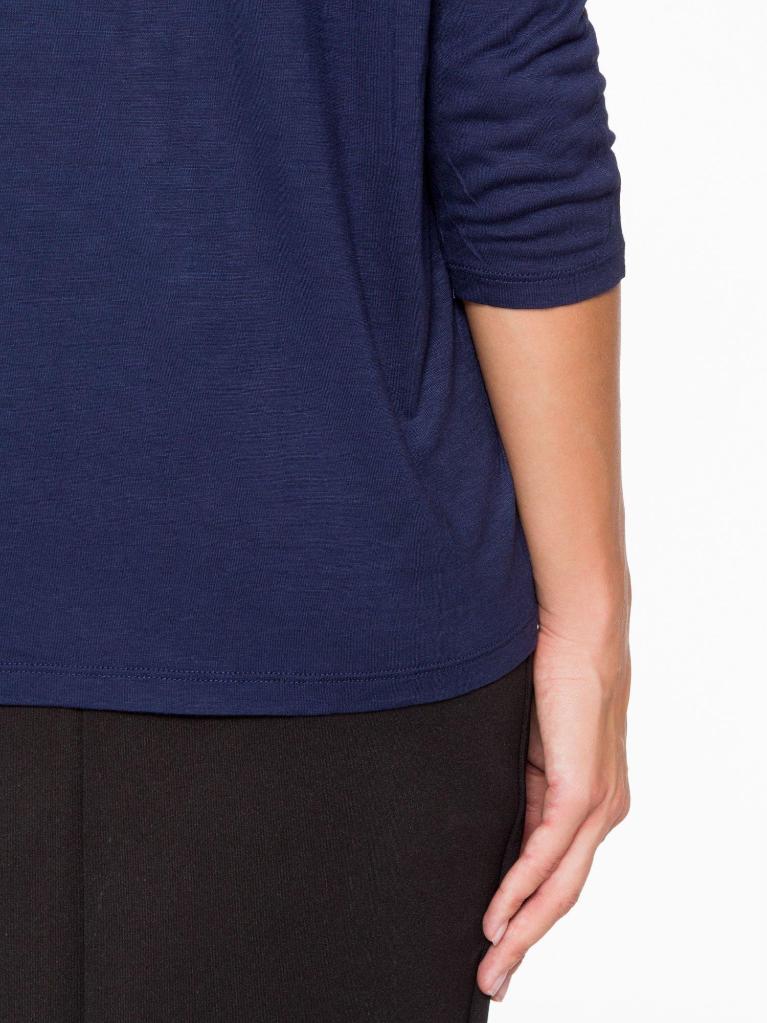 Granatowa bluzka o nietoperzowym kroju z nadrukiem kwiatów                                  zdj.                                  6