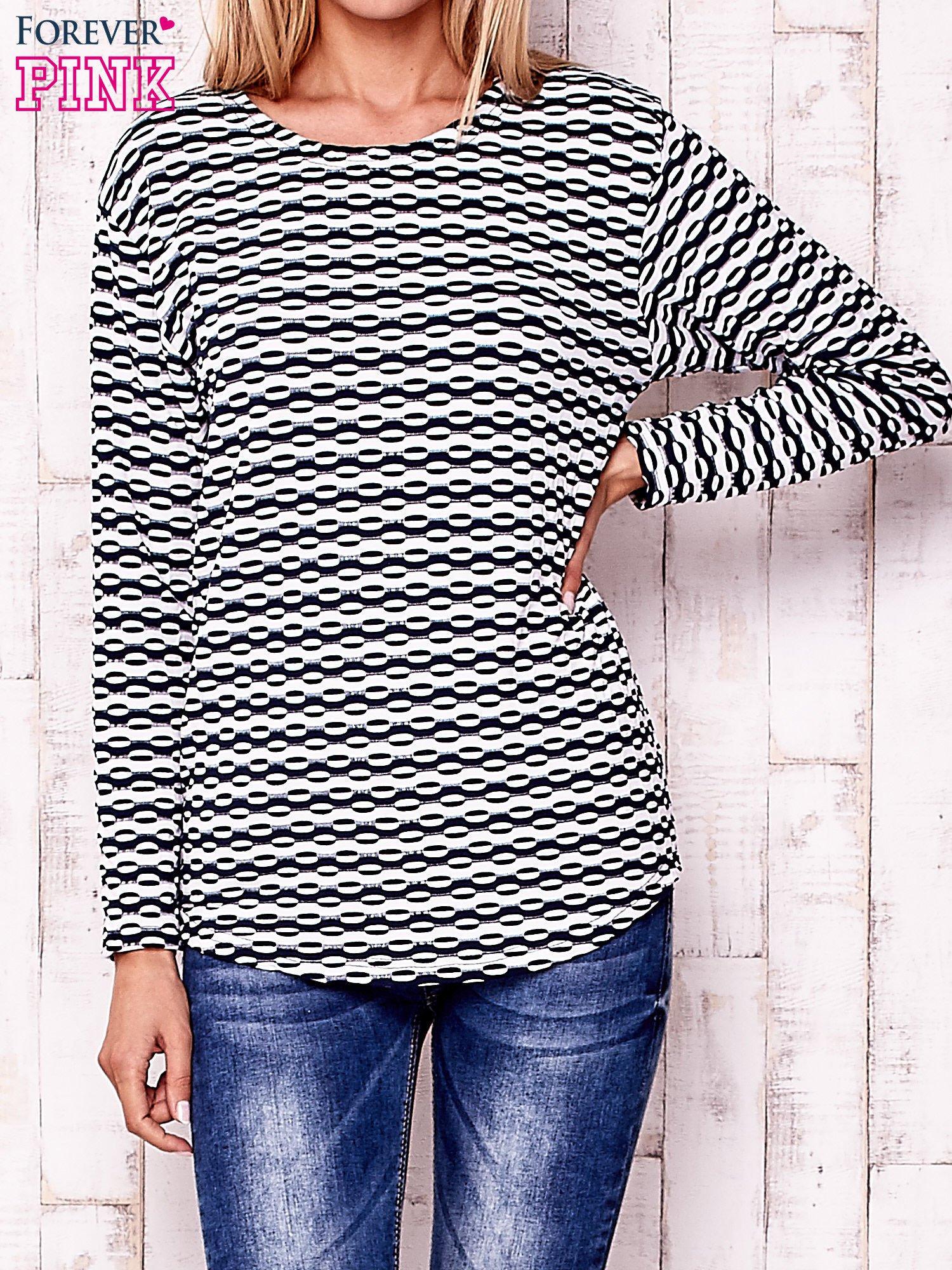 Granatowa bluzka z motywem graficznym                                  zdj.                                  1