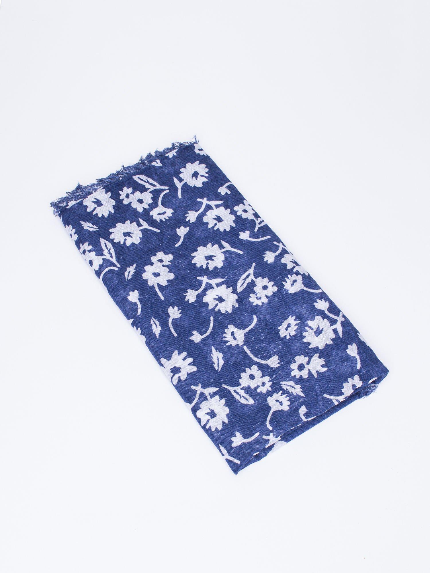 Granatowa chustka w kwiatki z frędzlami                                  zdj.                                  3
