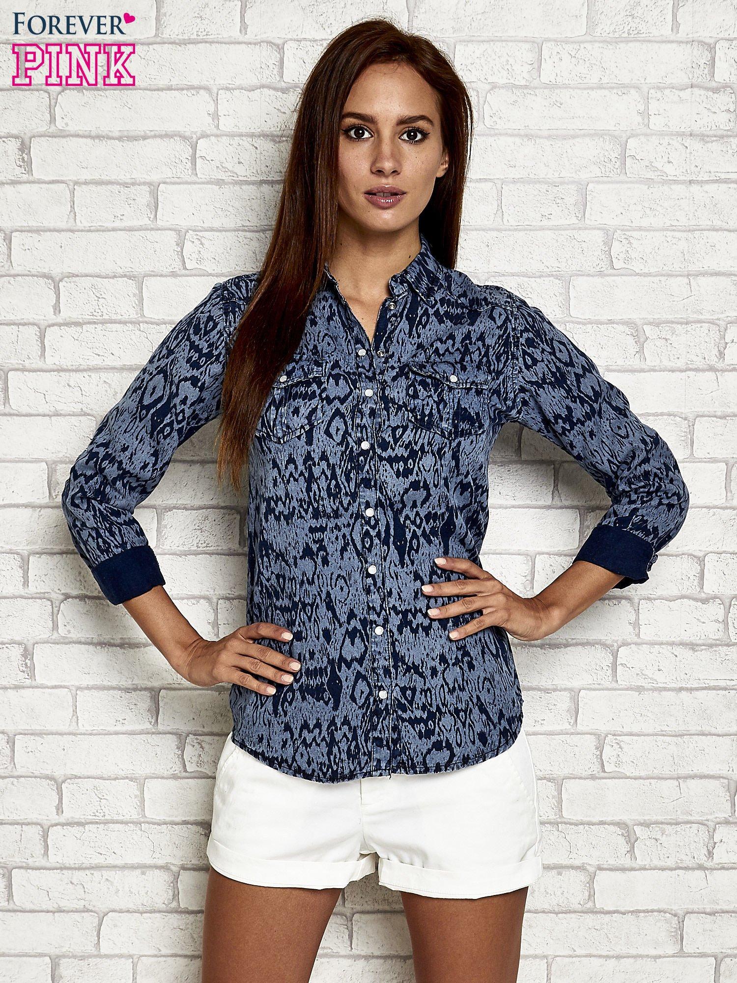 Granatowa denimowa koszula z nadrukiem                                  zdj.                                  5