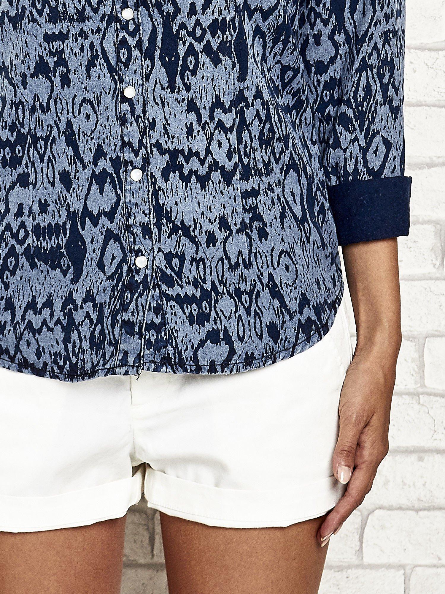 Granatowa denimowa koszula z nadrukiem                                  zdj.                                  7