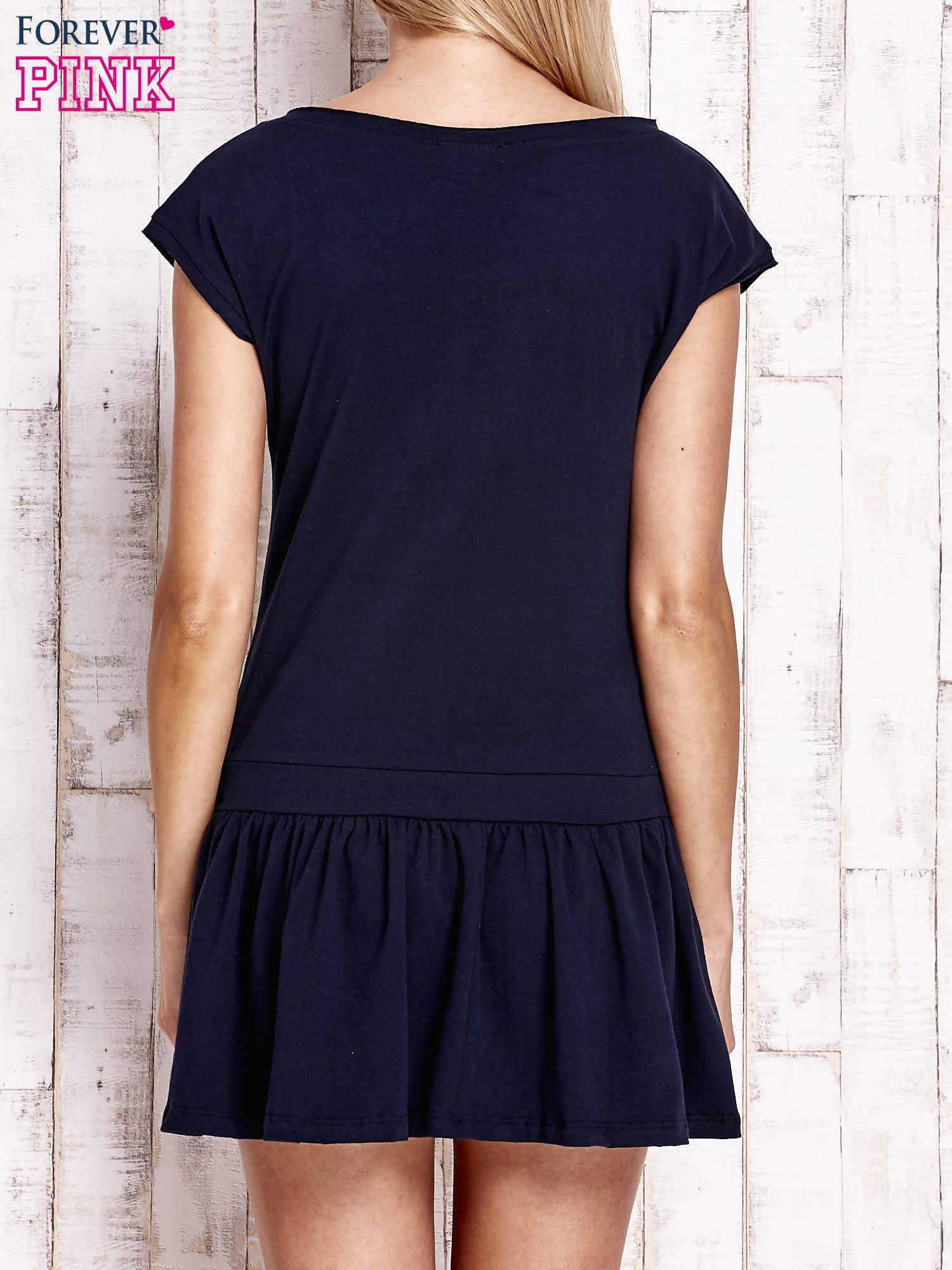 Granatowa dresowa sukienka tenisowa z aplikacją serca                                  zdj.                                  2