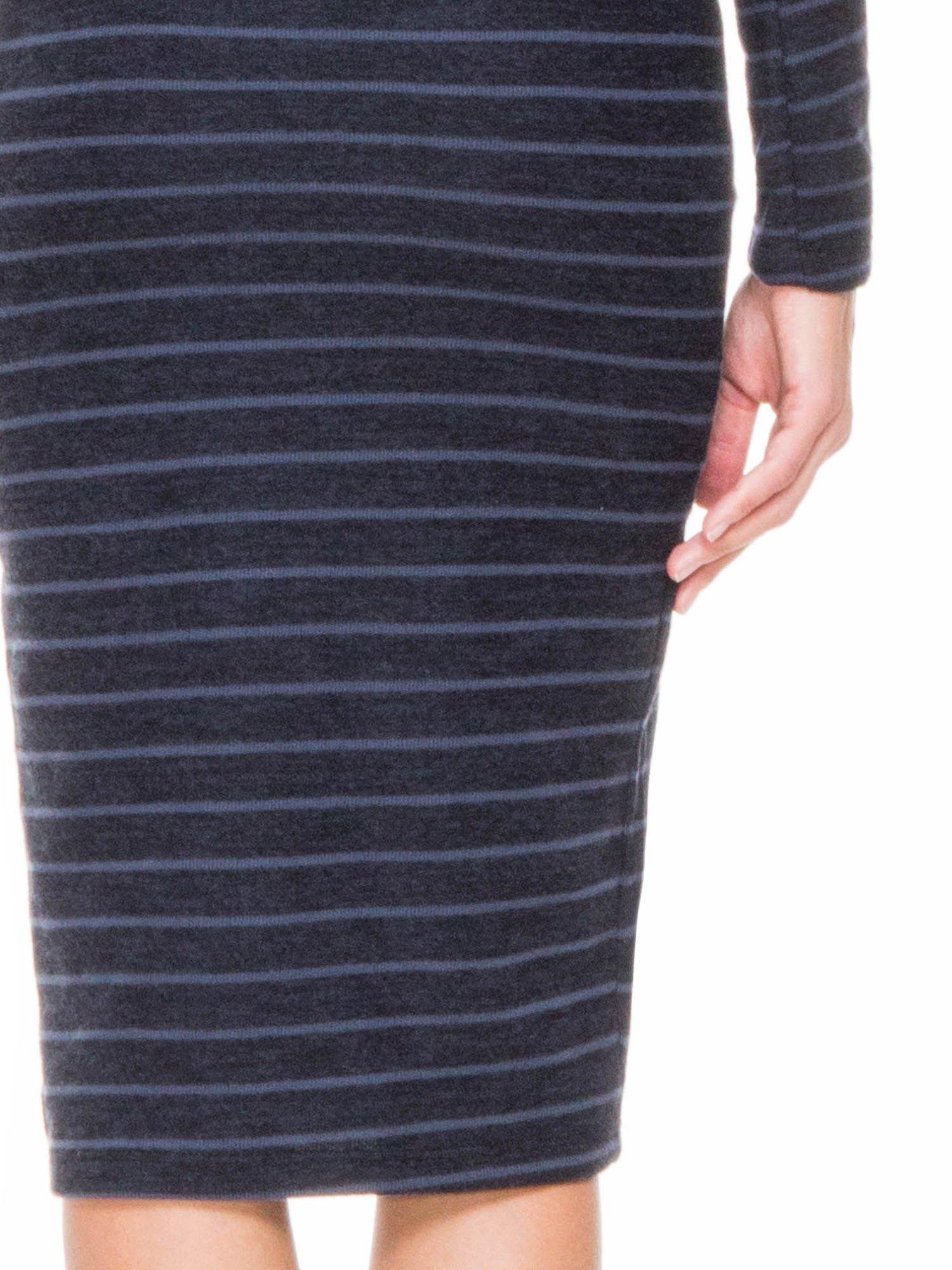Granatowa dzianinowa sukienka w paski z golfem                                  zdj.                                  5