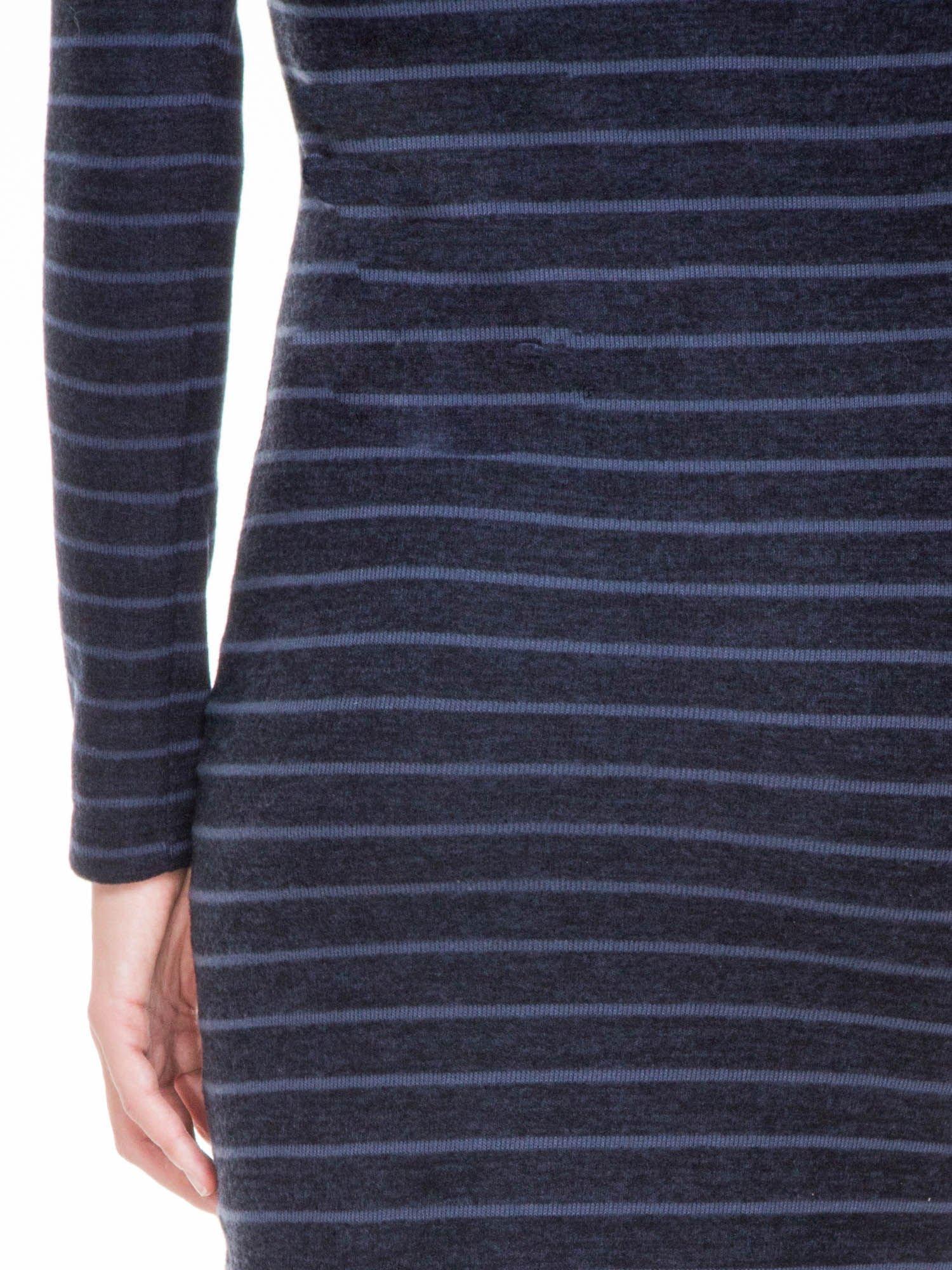 Granatowa dzianinowa sukienka w paski z golfem                                  zdj.                                  7
