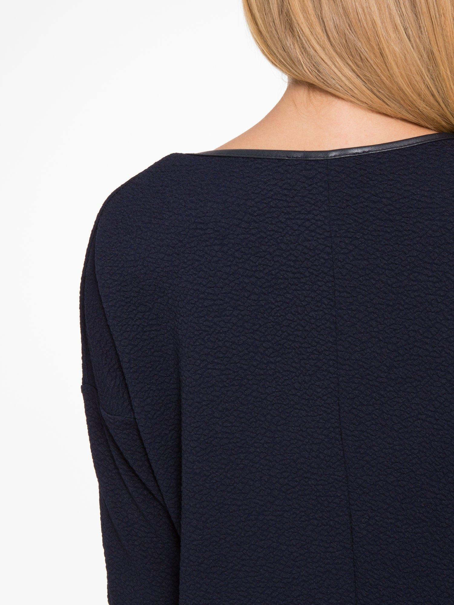 Granatowa fakturowana prosta sukienka ze wstawkami ze skóry                                  zdj.                                  10
