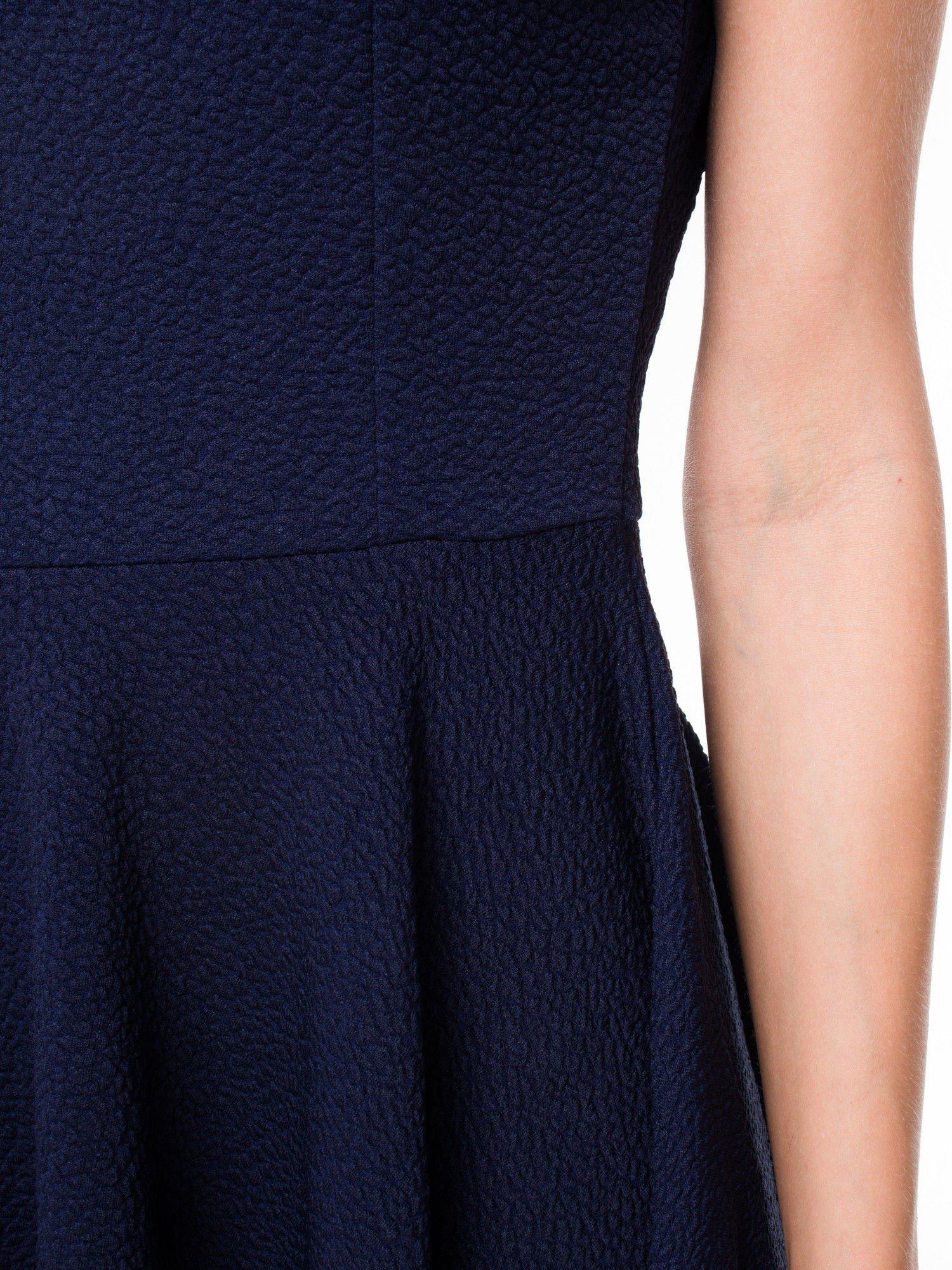 Granatowa fakturowana sukienka z zakładkami i zamkiem z tyłu                                  zdj.                                  10