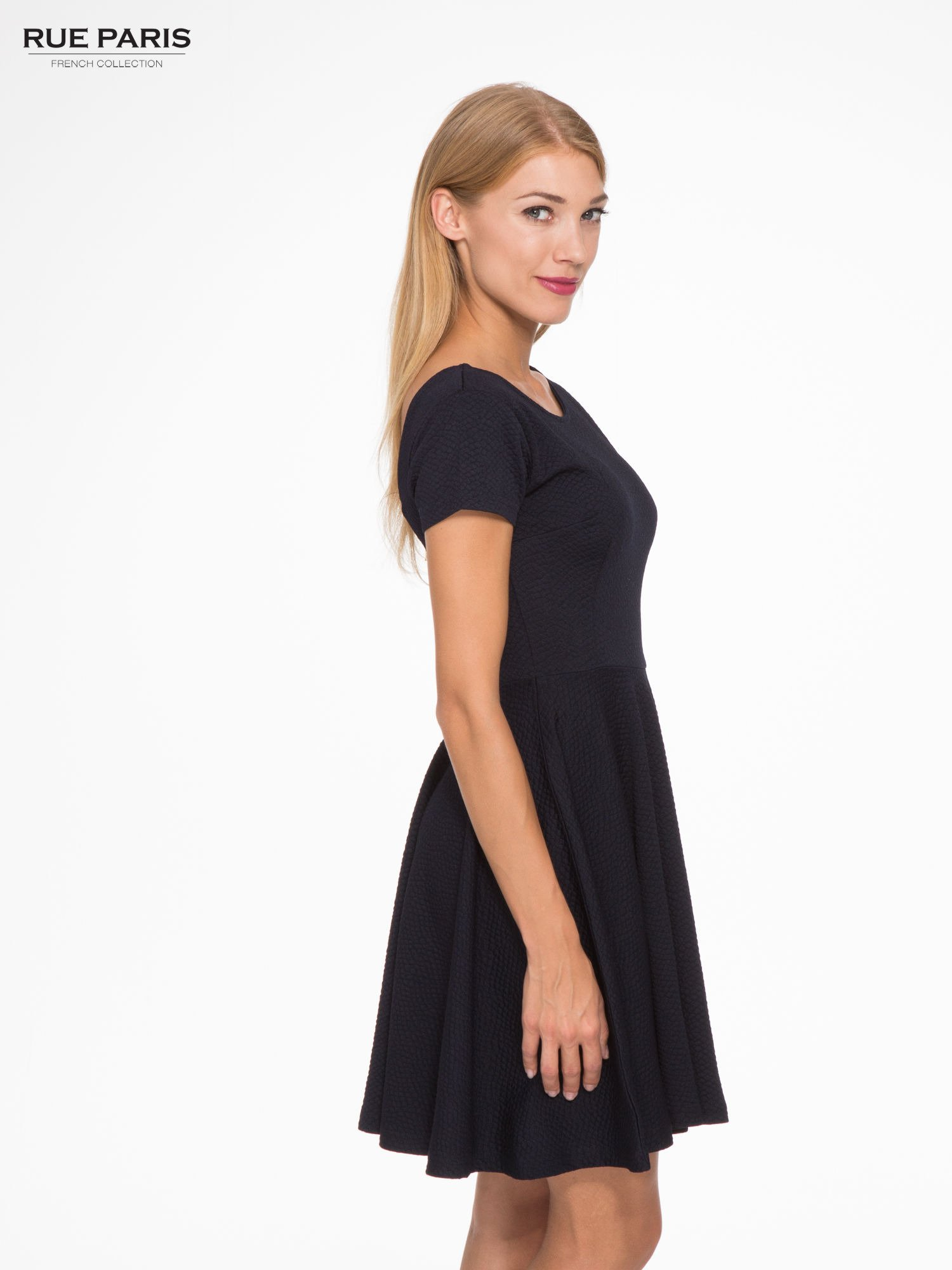 Granatowa fakturowana sukienka z zakładkami i zamkiem z tyłu                                  zdj.                                  3
