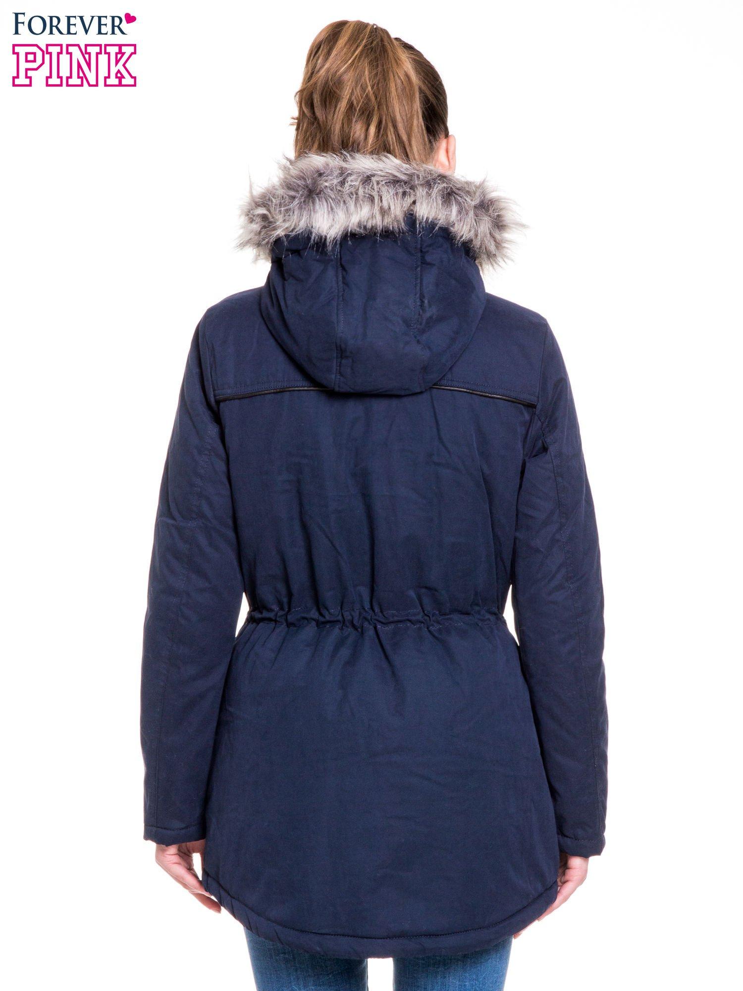Granatowa kurtka typu parka z futrzanym kapturem i skórzaną lamówką                                  zdj.                                  4