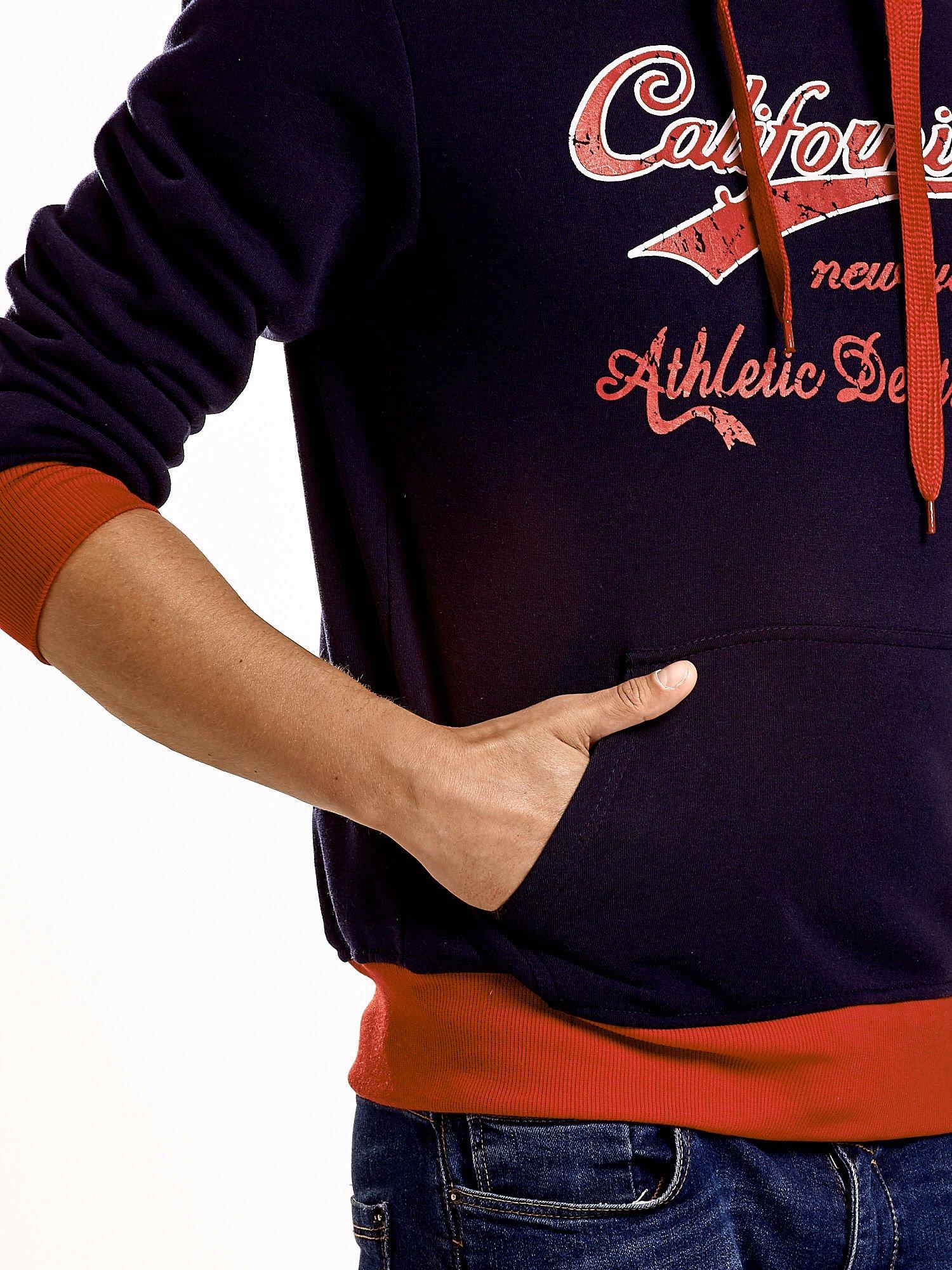 Granatowa ocieplana bluza męska z napisem CALIFORNIA i kapturem                                  zdj.                                  7