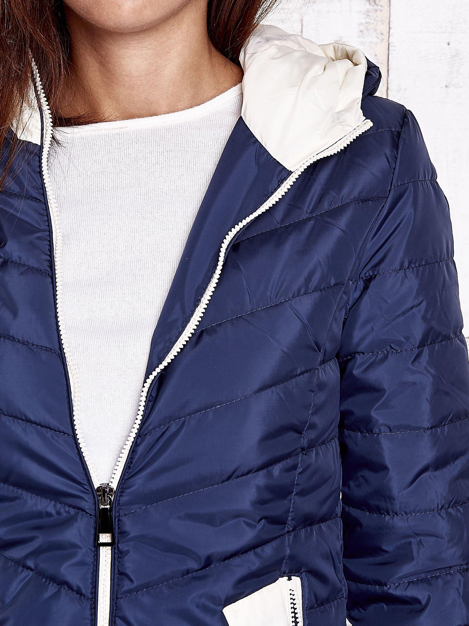 Granatowa pikowana kurtka z jasnym wykończeniem                                  zdj.                                  8