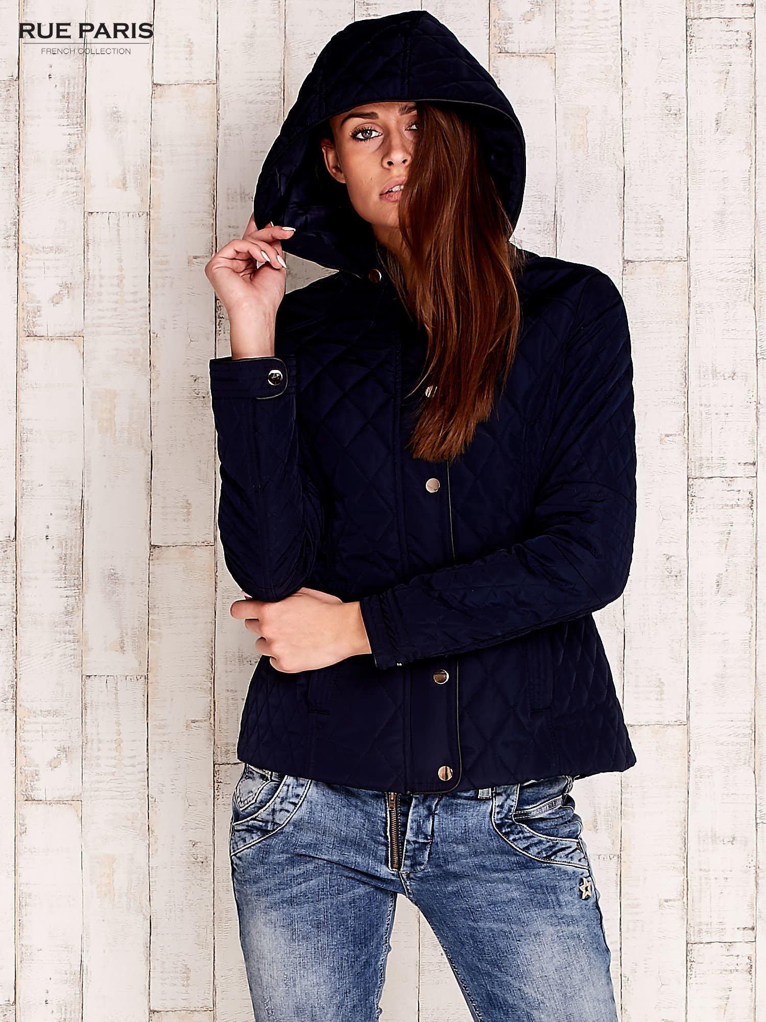 Granatowa pikowana kurtka z kapturem i skórzaną lamówką                                  zdj.                                  5