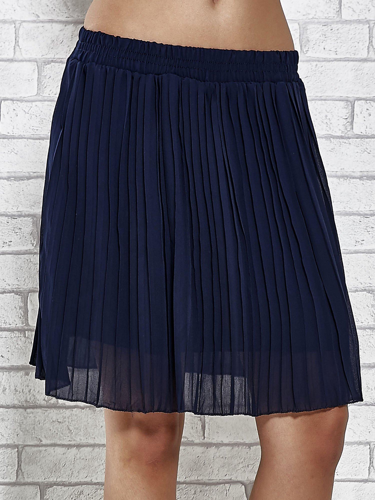 Granatowa plisowana spódnica do kolan                                  zdj.                                  1