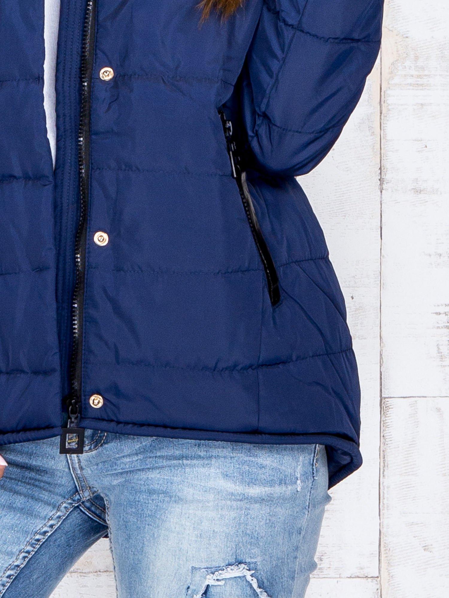 Granatowa przejściowa kurtka puchowa z dłuższym tyłem                                  zdj.                                  7