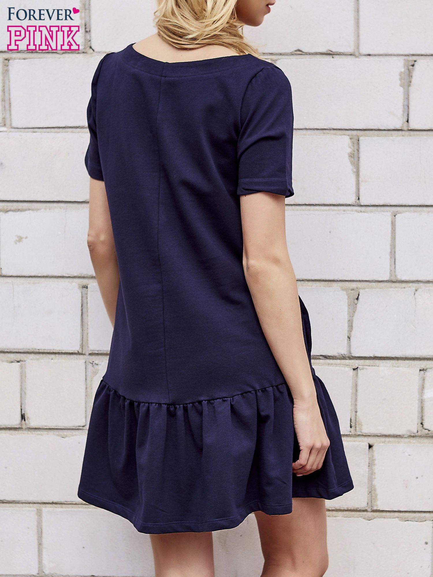 Granatowa sukienka dresowa z falbanami z boku                                  zdj.                                  2