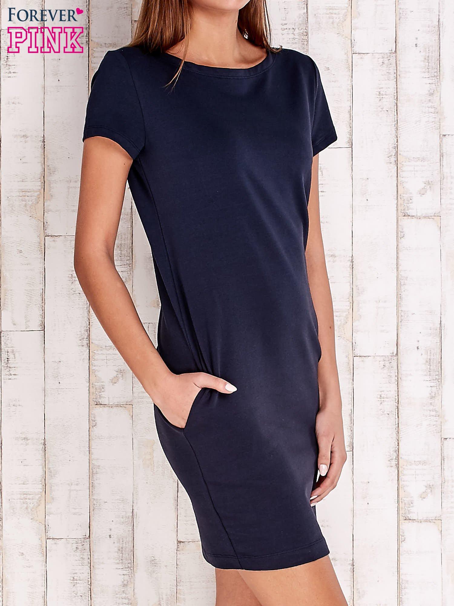 Granatowa sukienka dresowa z kieszeniami                                  zdj.                                  3