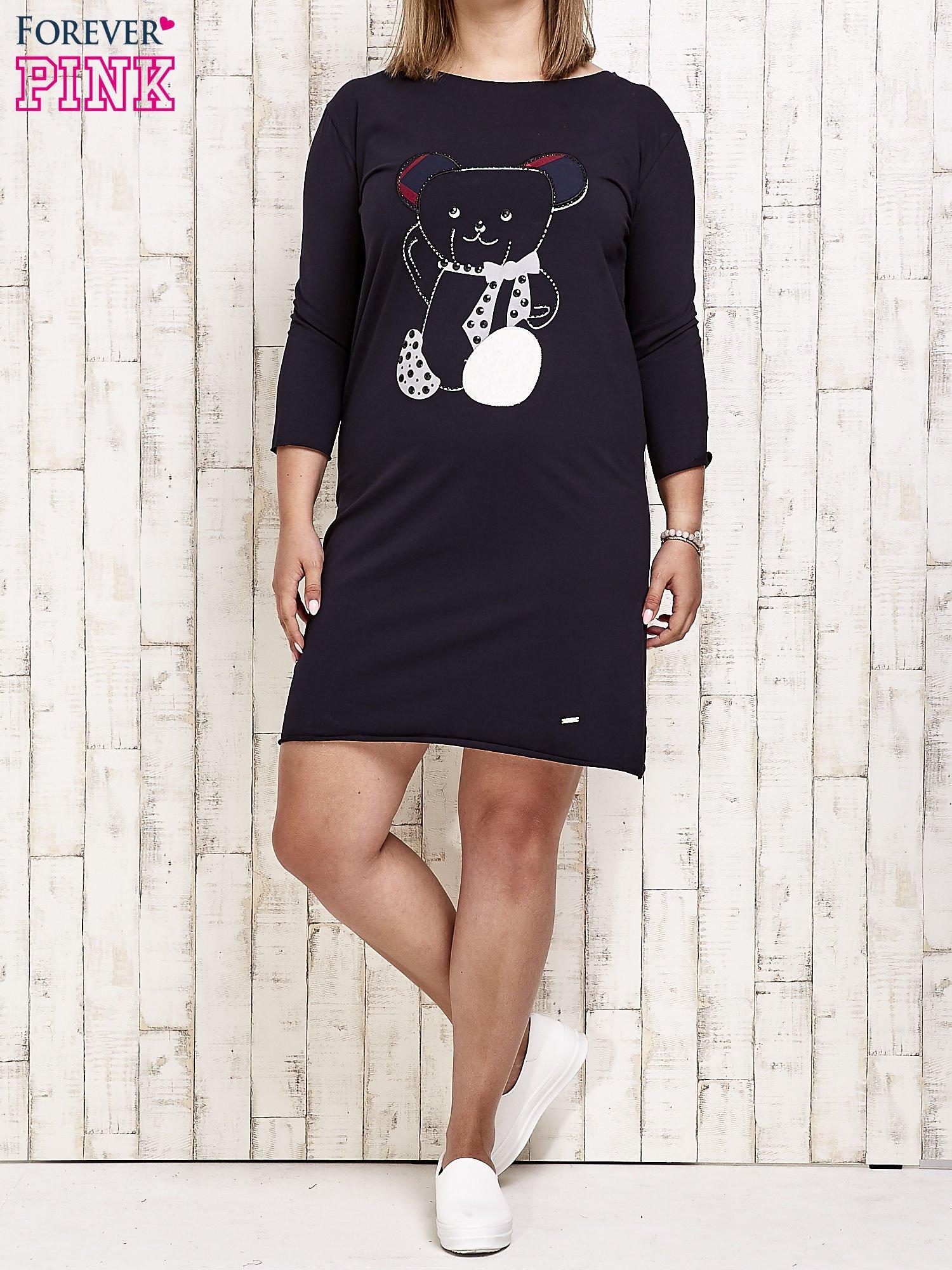 Granatowa sukienka dresowa z misiem PLUS SIZE                                  zdj.                                  4
