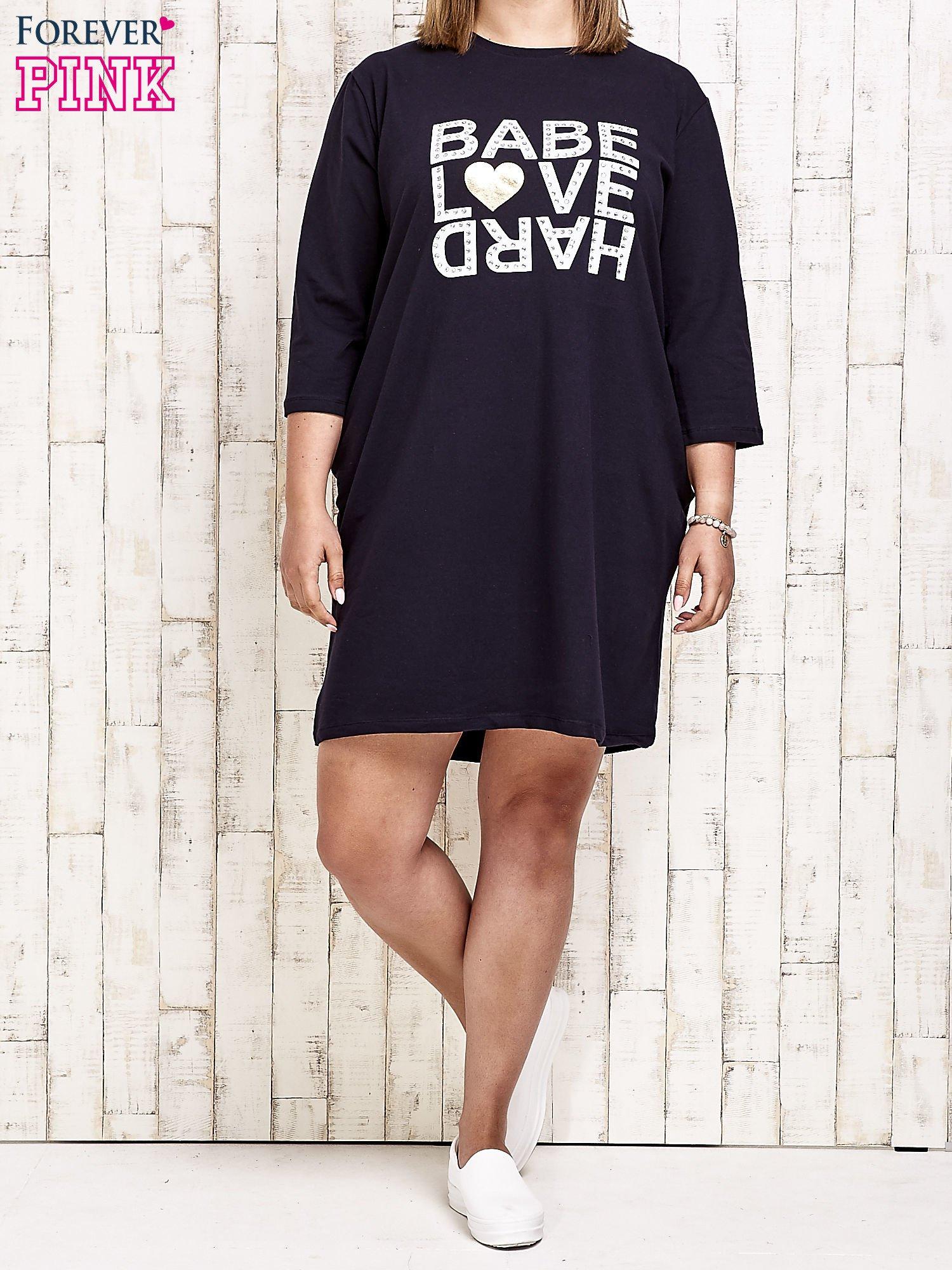 Granatowa sukienka dresowa z napisem BABE PLUS SIZE                                  zdj.                                  2