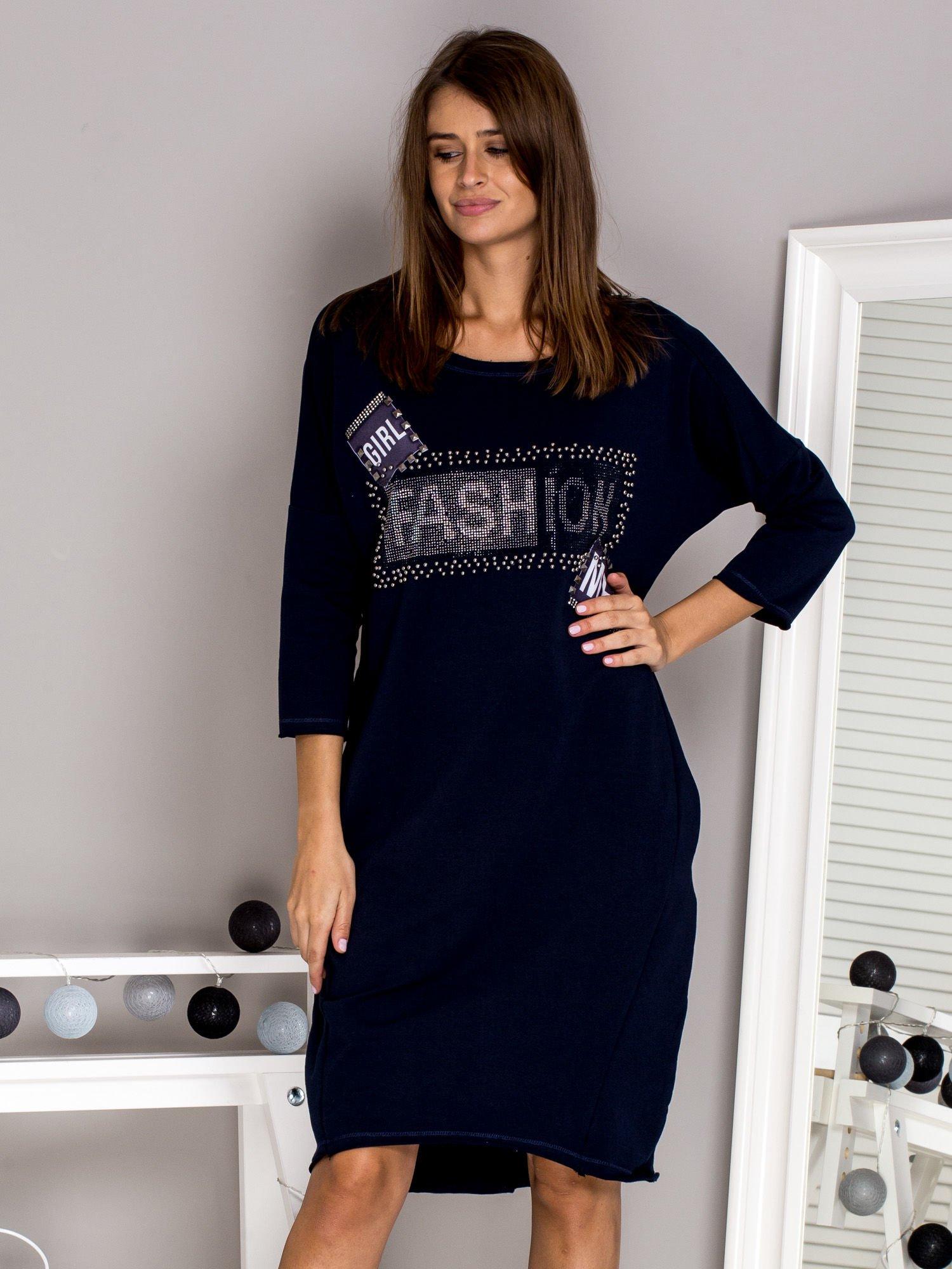 3fc0cad3a7 Granatowa sukienka dresowa z napisem FASHION - Sukienka na co dzień ...
