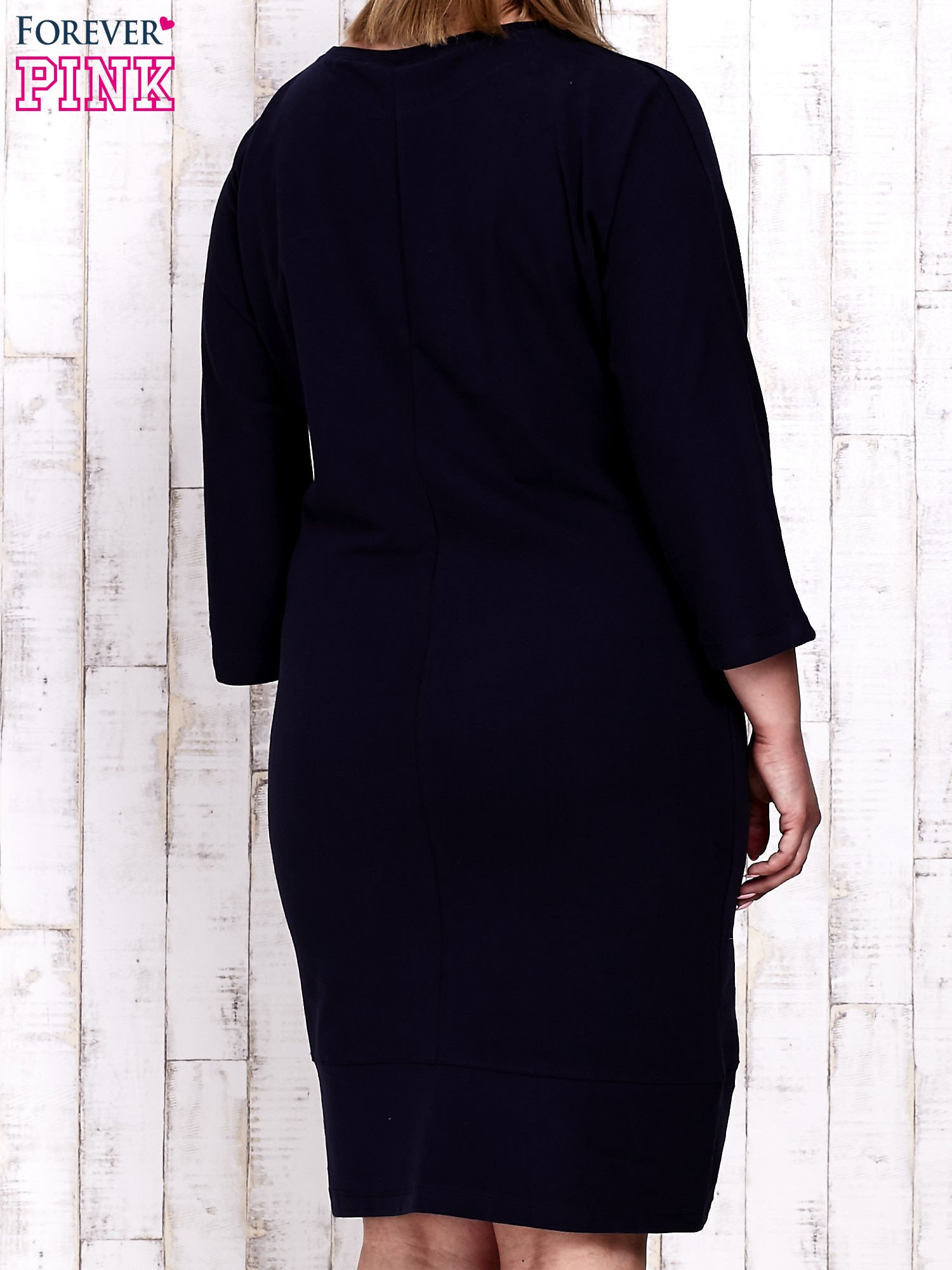 Granatowa sukienka dresowa z sercem z dżetów PLUS SIZE                                  zdj.                                  2