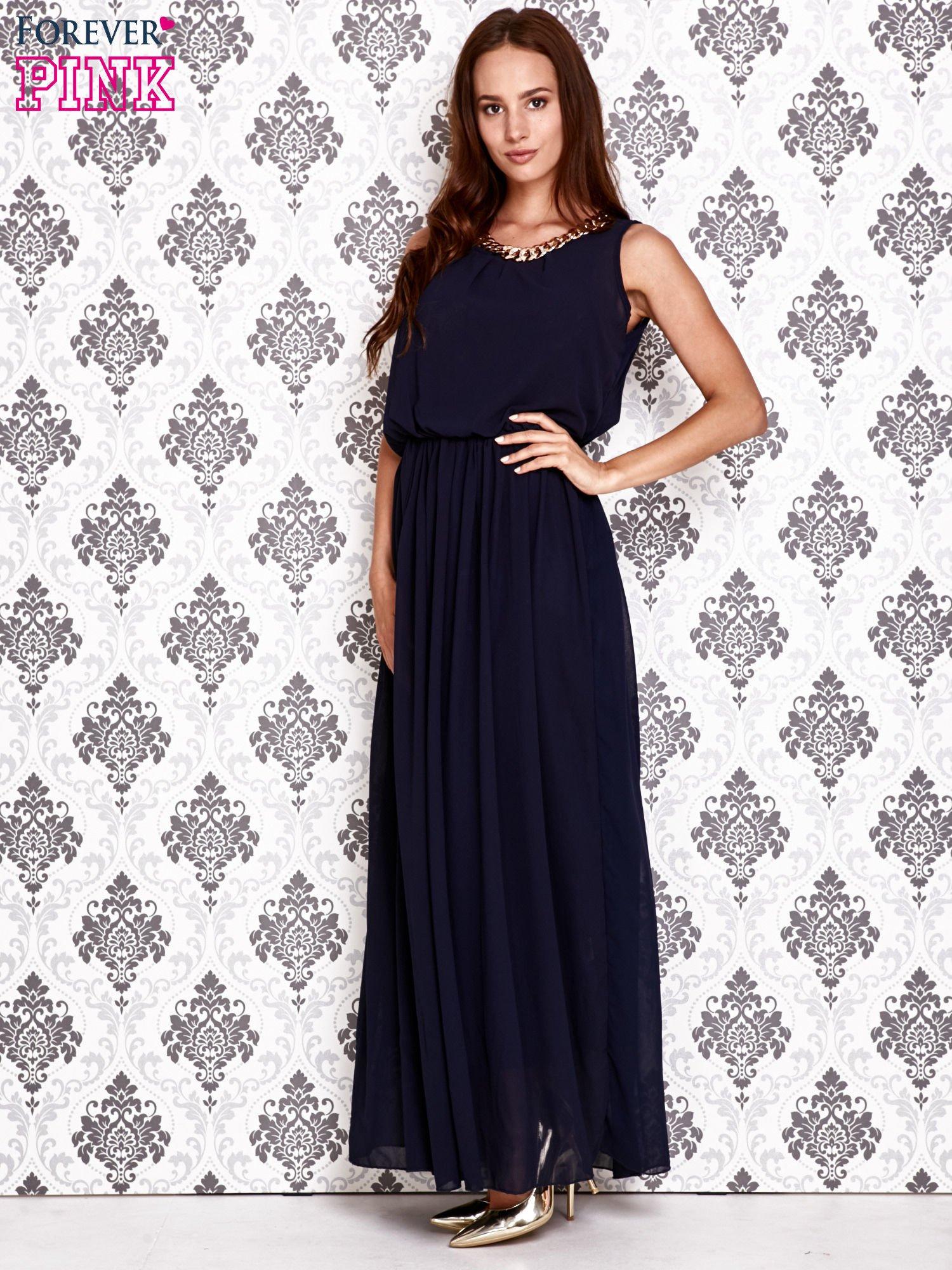 Granatowa sukienka maxi z łańcuchem przy dekolcie                                  zdj.                                  2