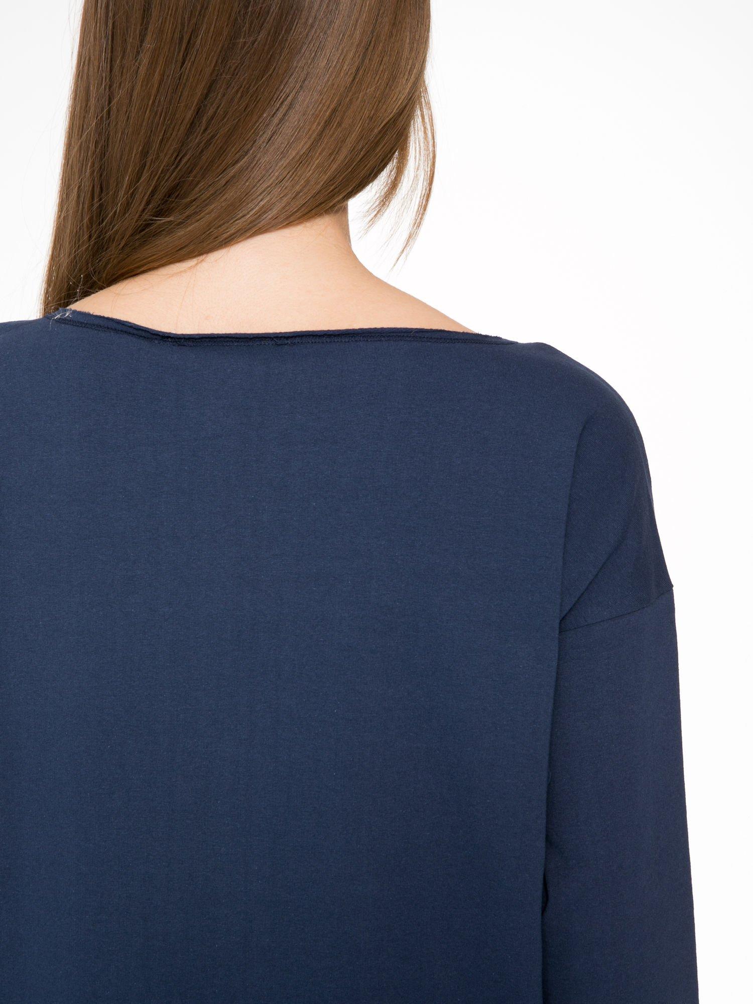 Granatowa sukienka oversize z surowym wykończeniem                                  zdj.                                  8