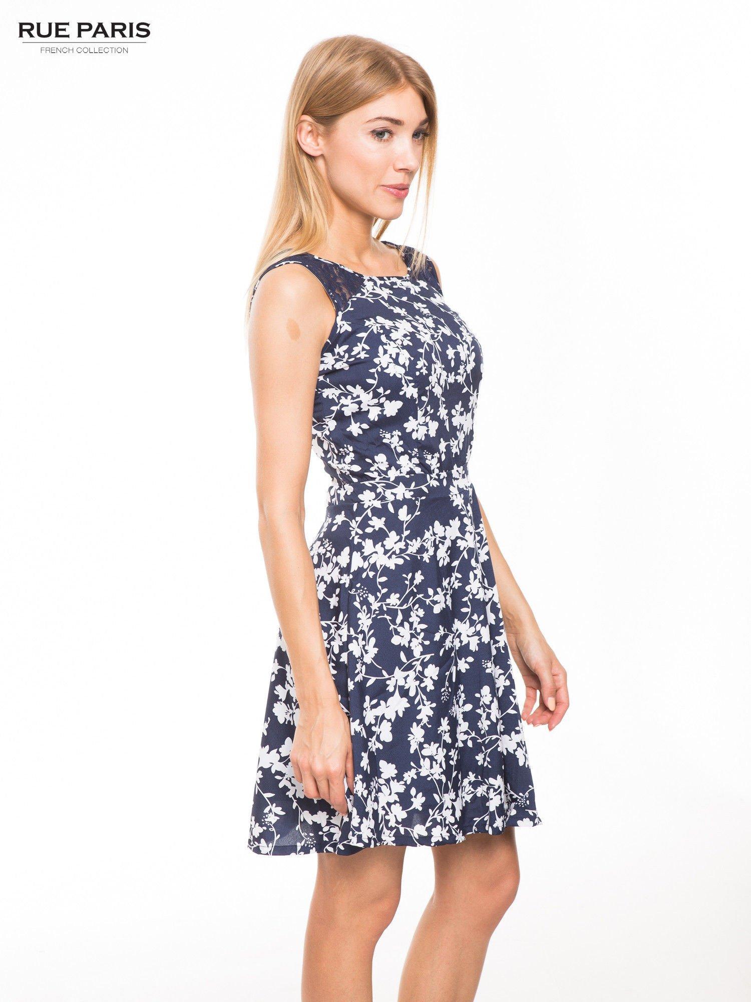9d6bc8b693 1 · Granatowa sukienka w białe kwiaty z koronkową wstawką na górze ...